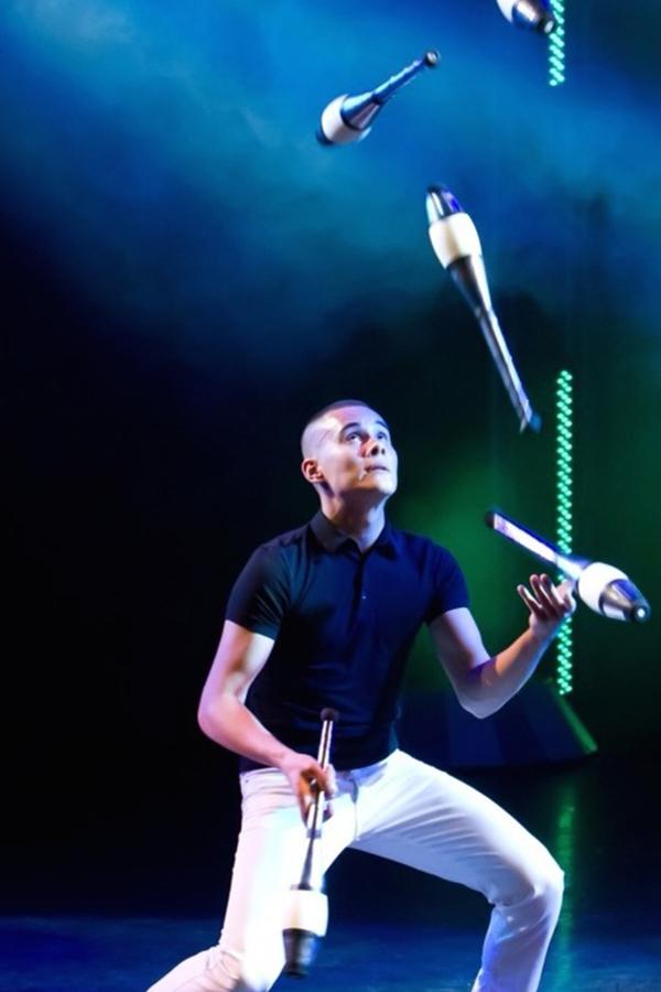 jongleur met kegels