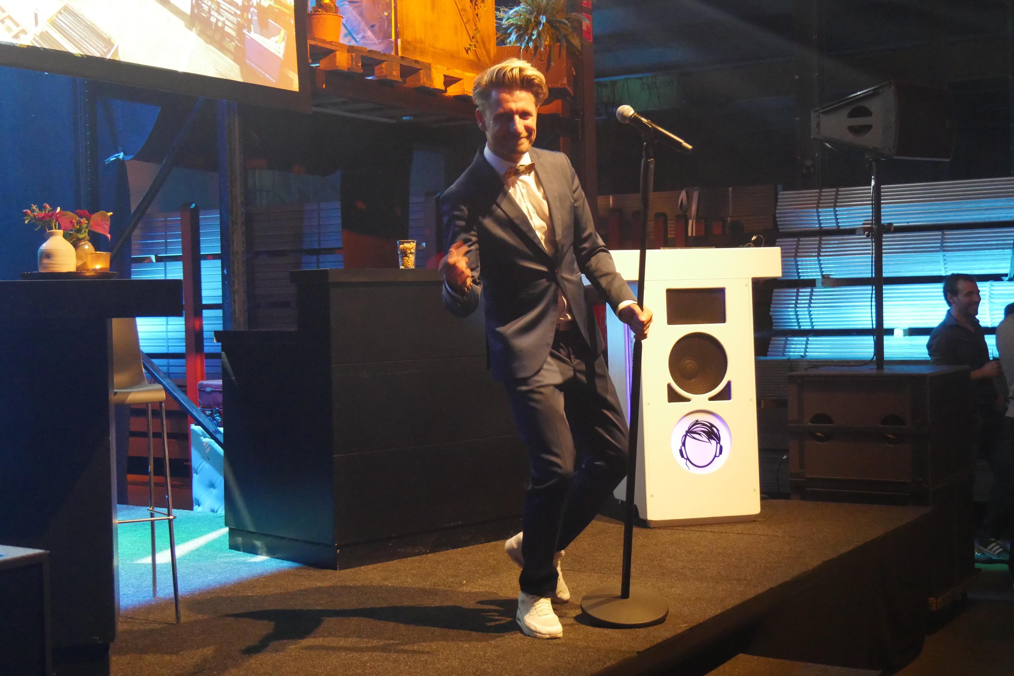 DJ Joost 1 op podium dj en zanger