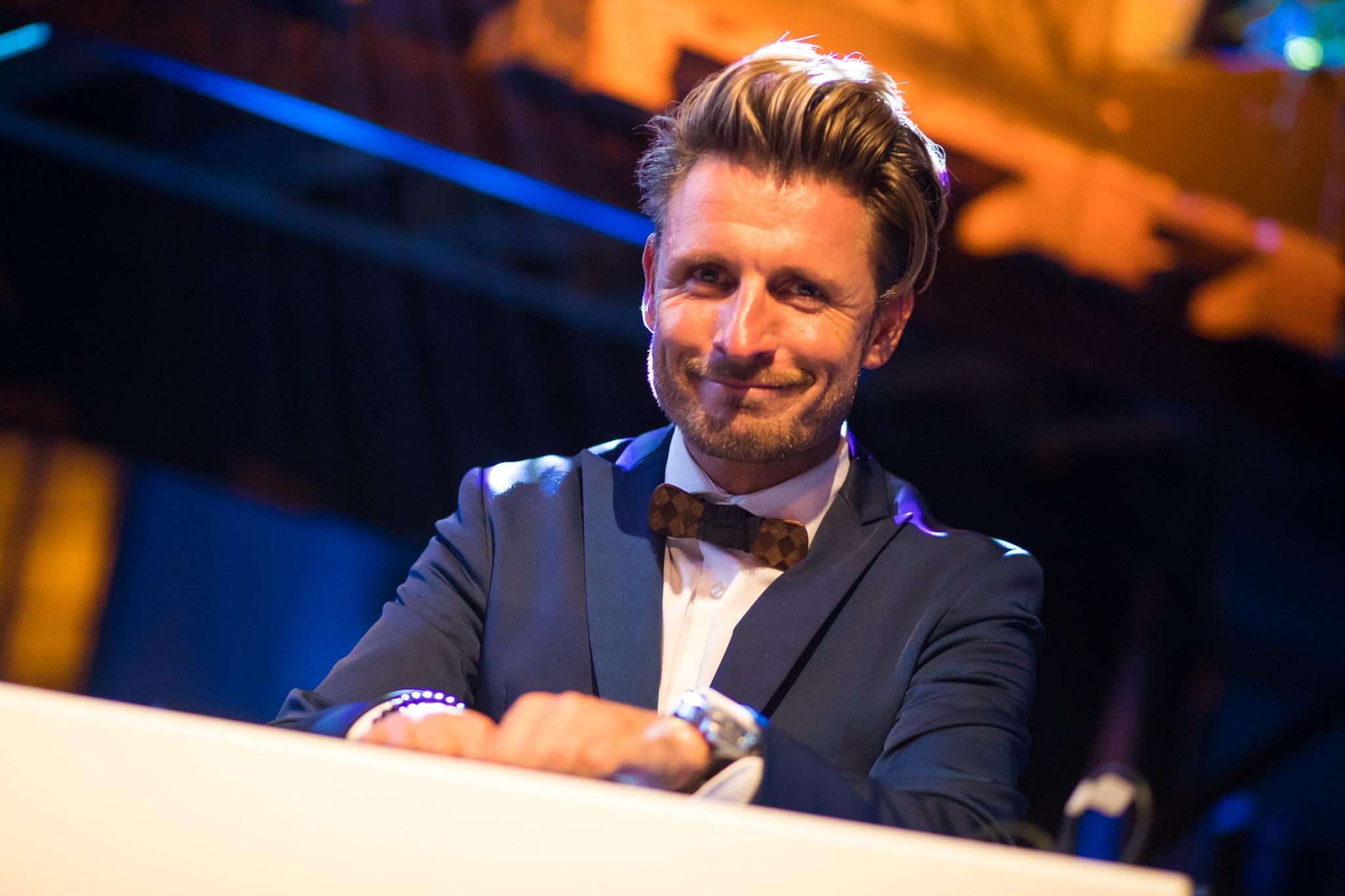 Walking DJ Joost 1 op podium dj en zanger