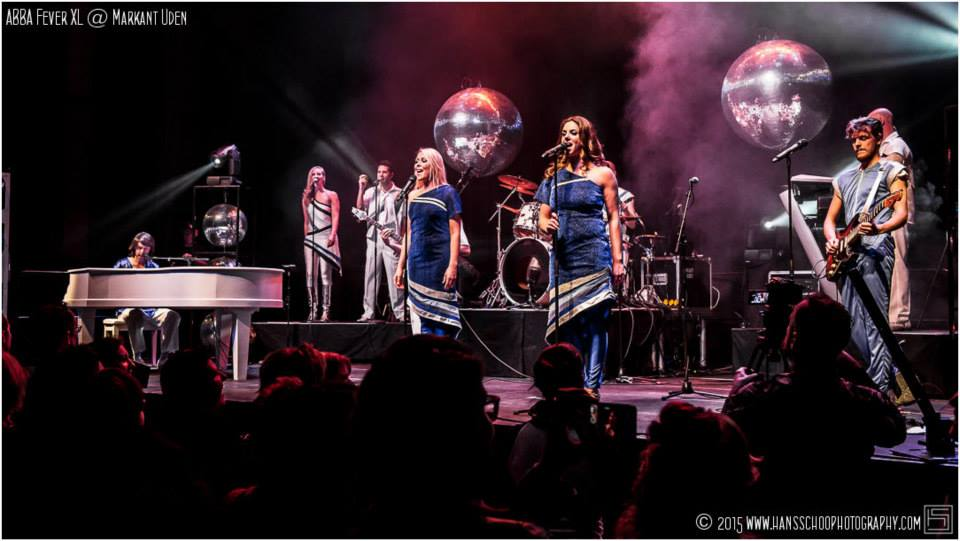 Abba tribute band live op podium