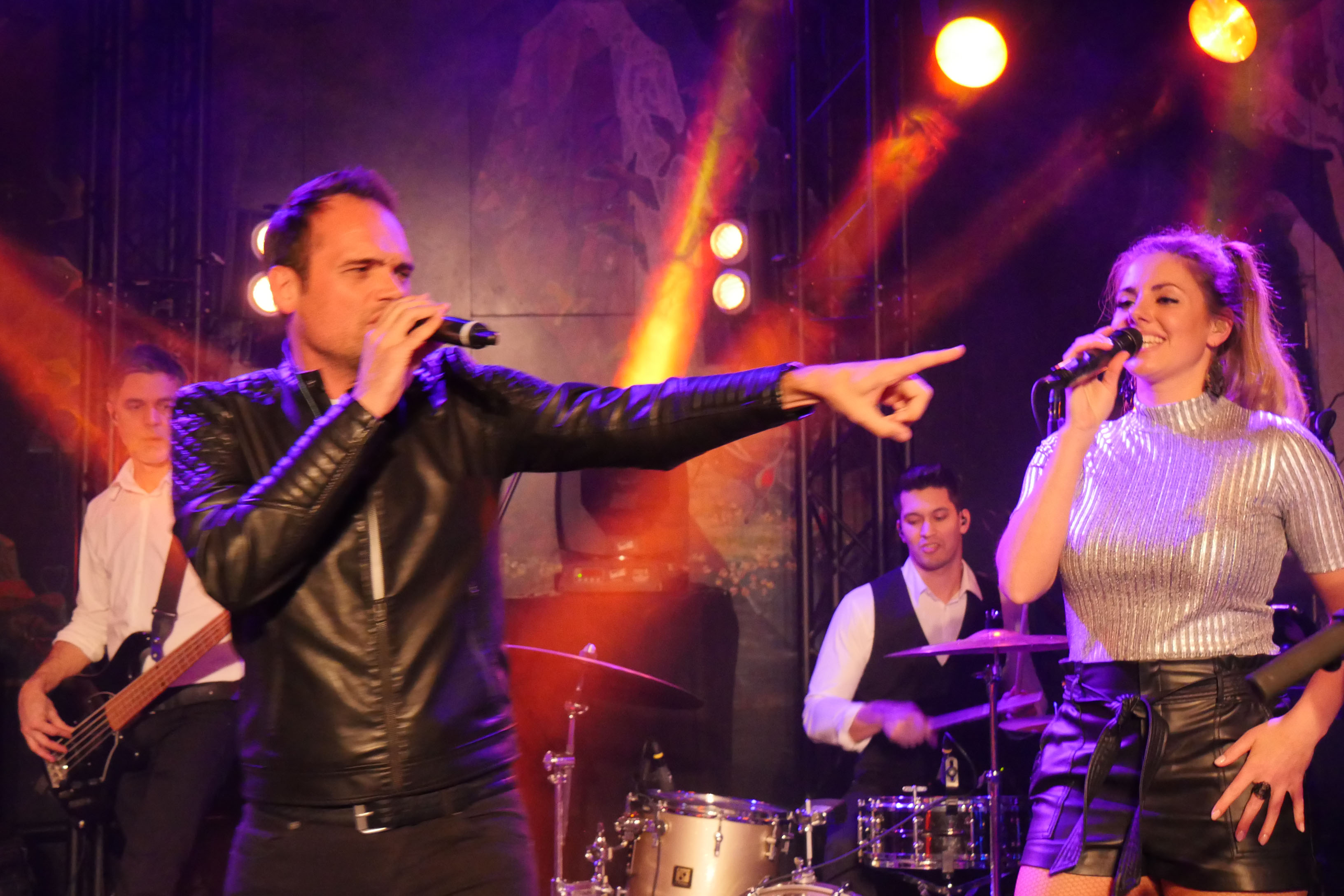 Coverband The PartyCrashers zanger en zangeres live
