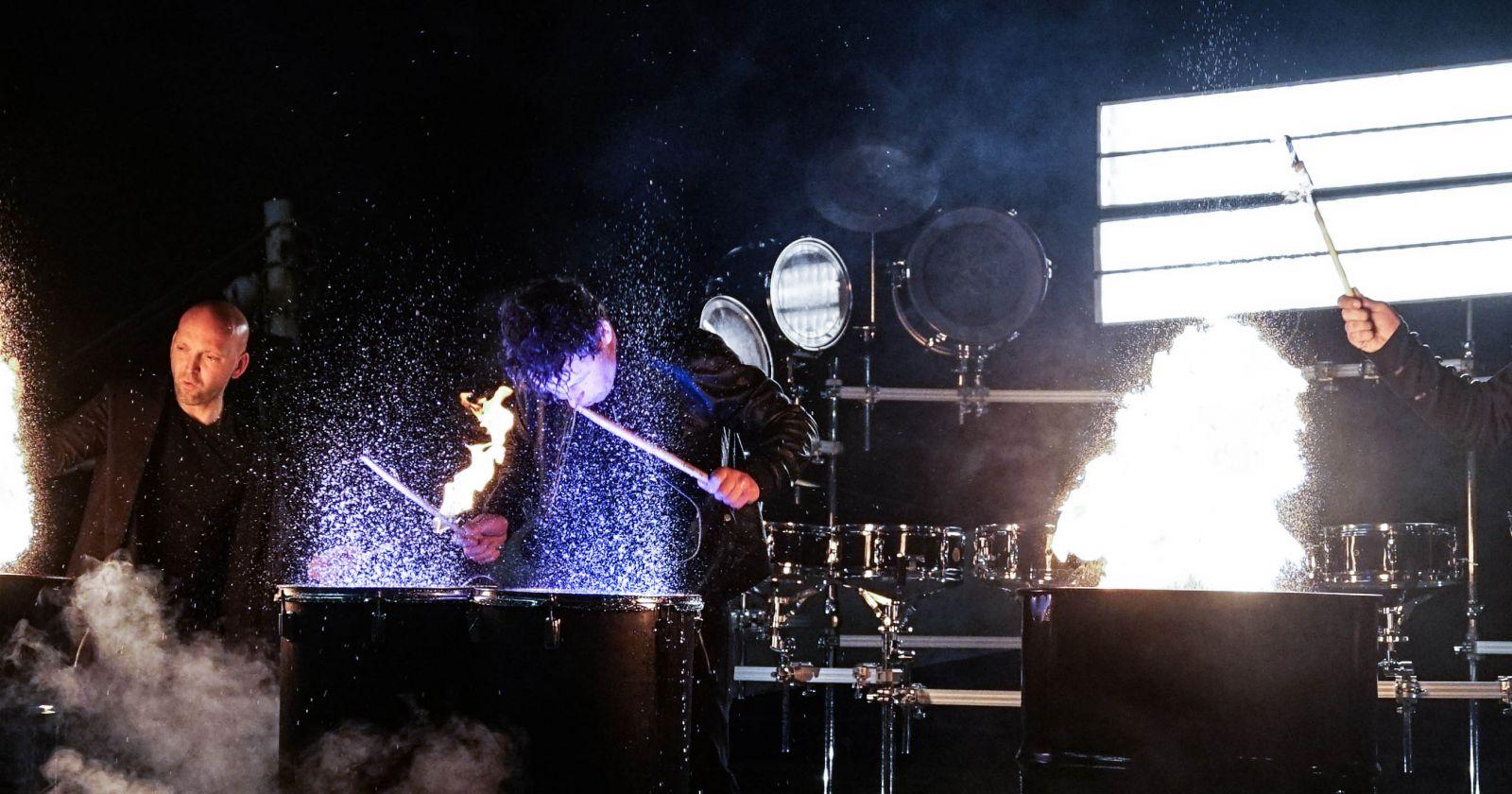 opening percussie show drummers vuur en water
