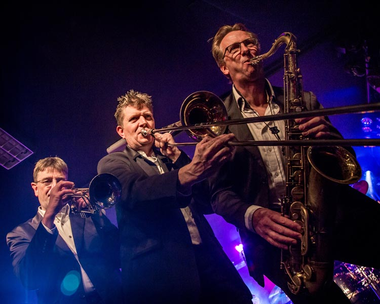 superfly-partyband blazers op podium