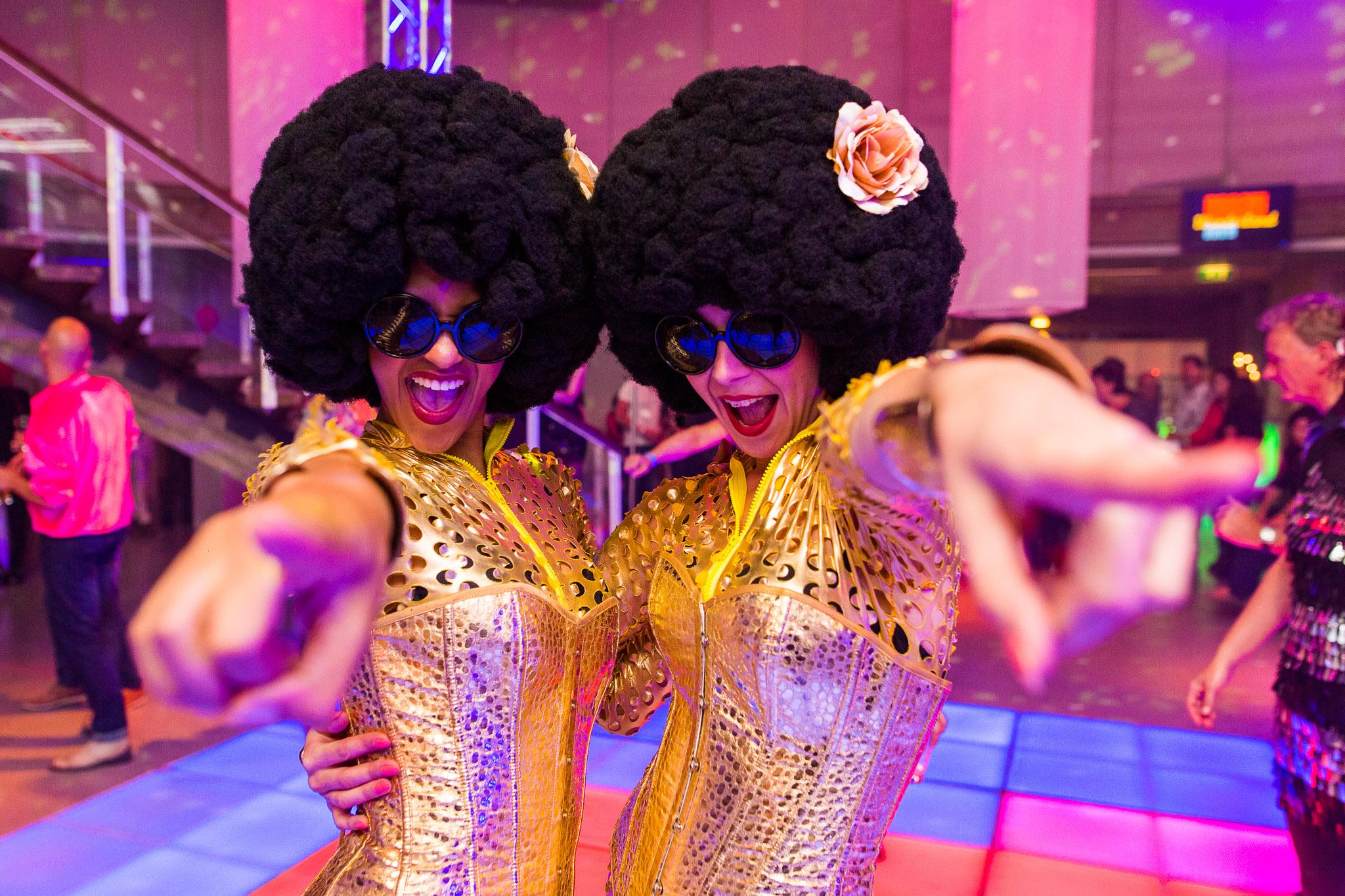 Boogie Wonderland Show danseressen in kostuum wijzend