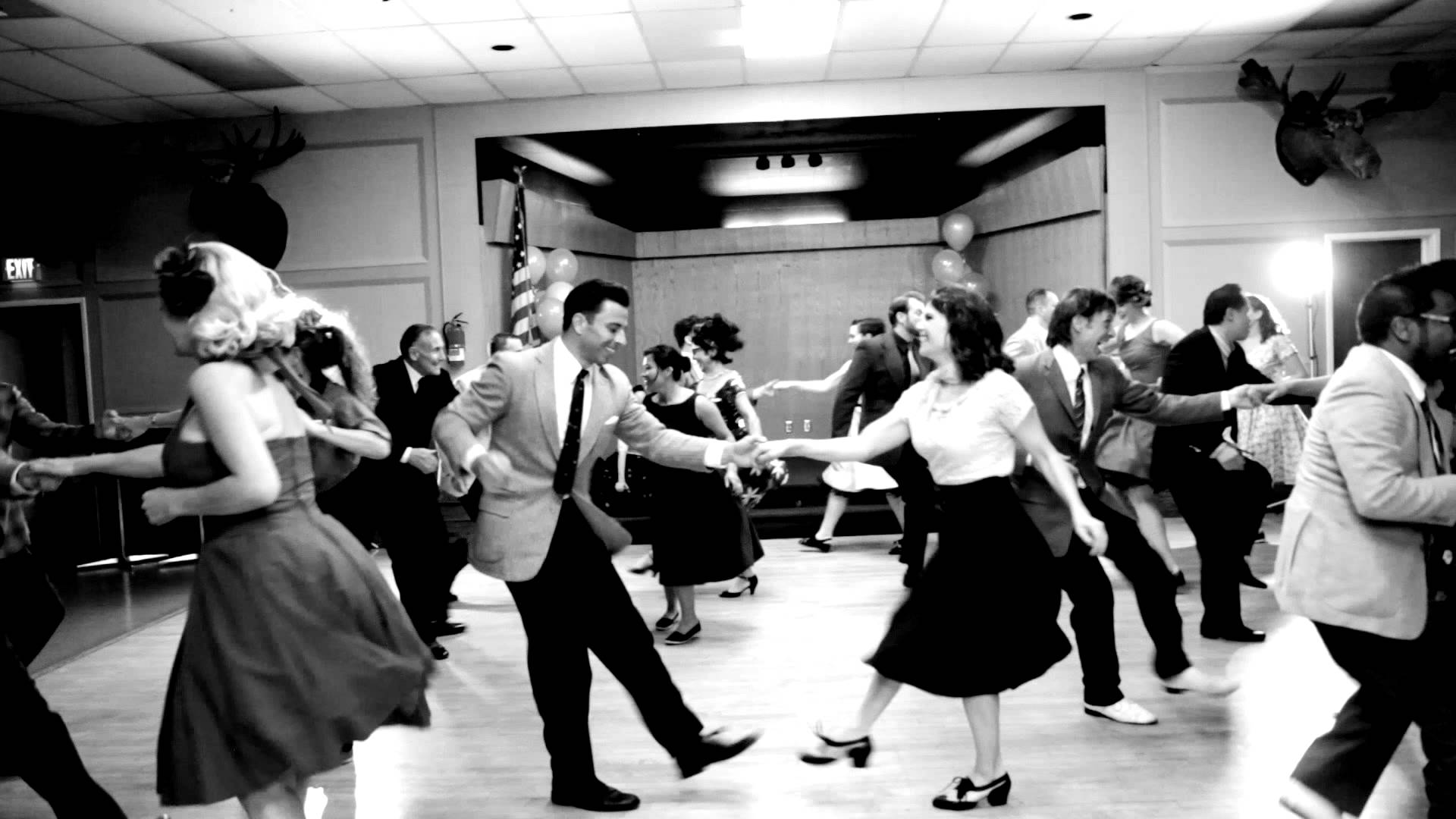 twistende mensen op dansvloer