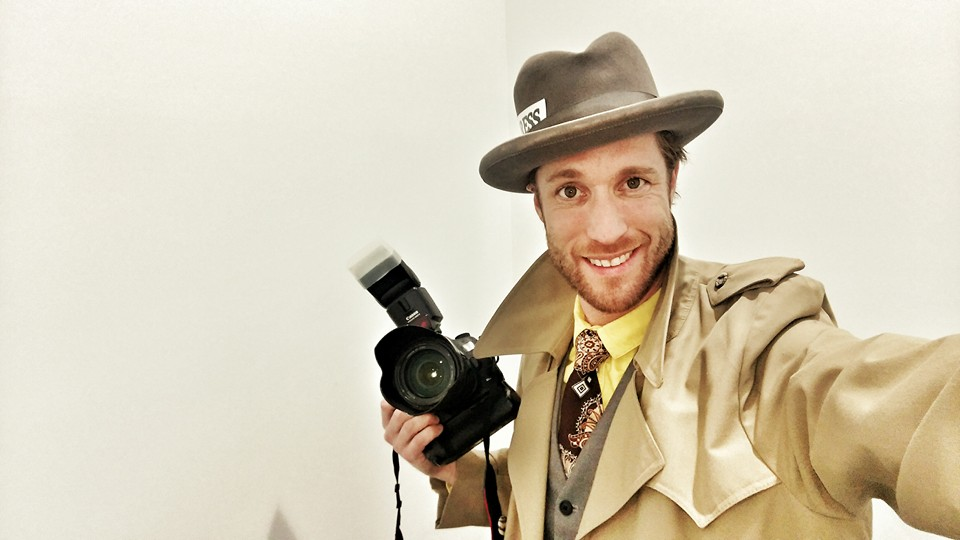razende-reporter in kostuum met camera