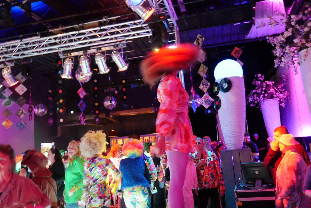 Boogie Wonderland Show met danseressen op dansblokken