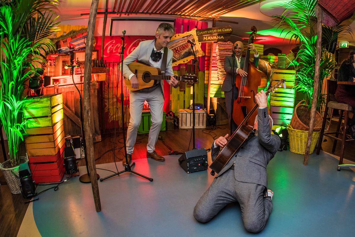 Cuata, gitarist op zijn knieën