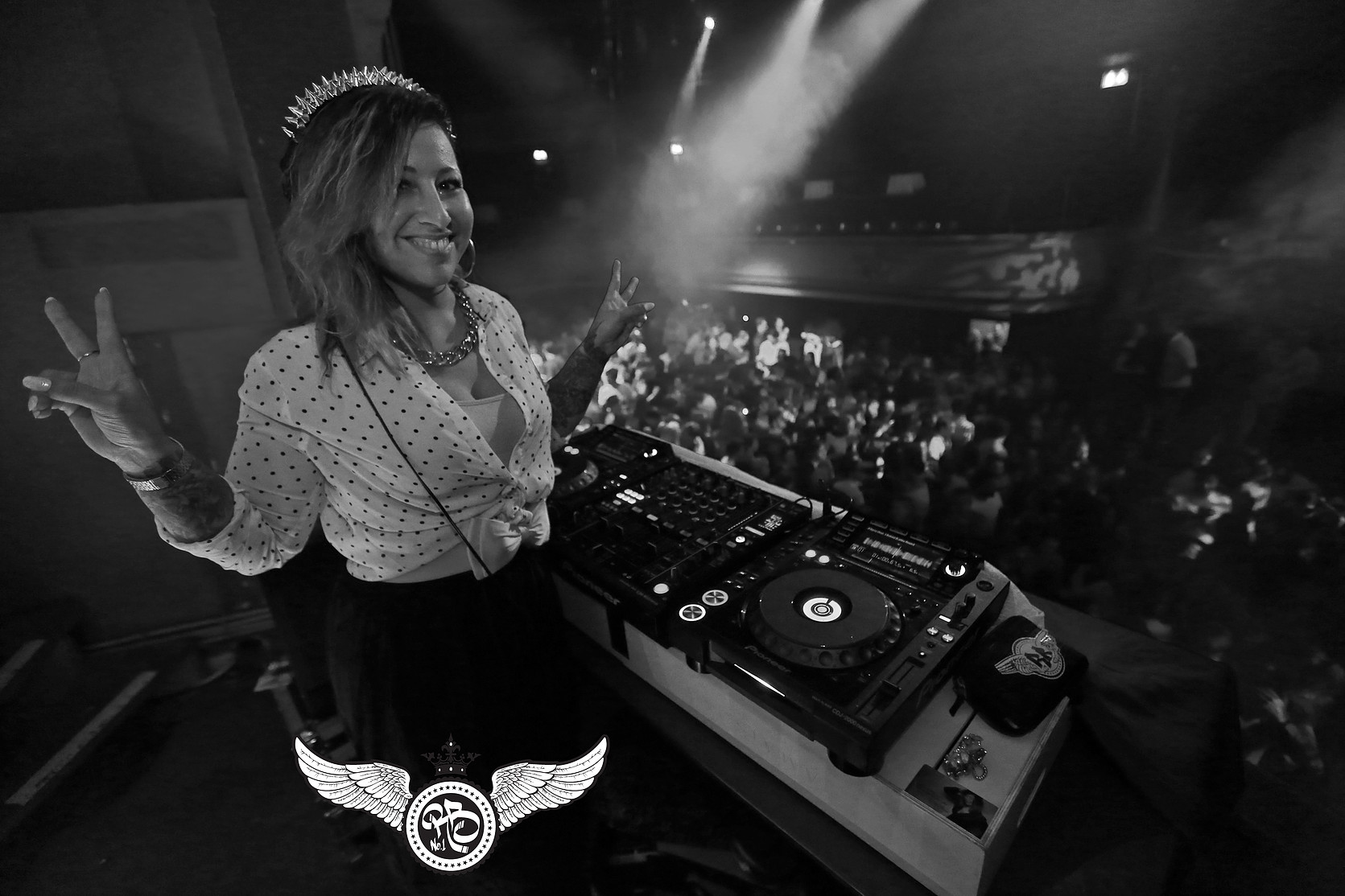 DJ Miss Brown bij DJ Booth op balkon