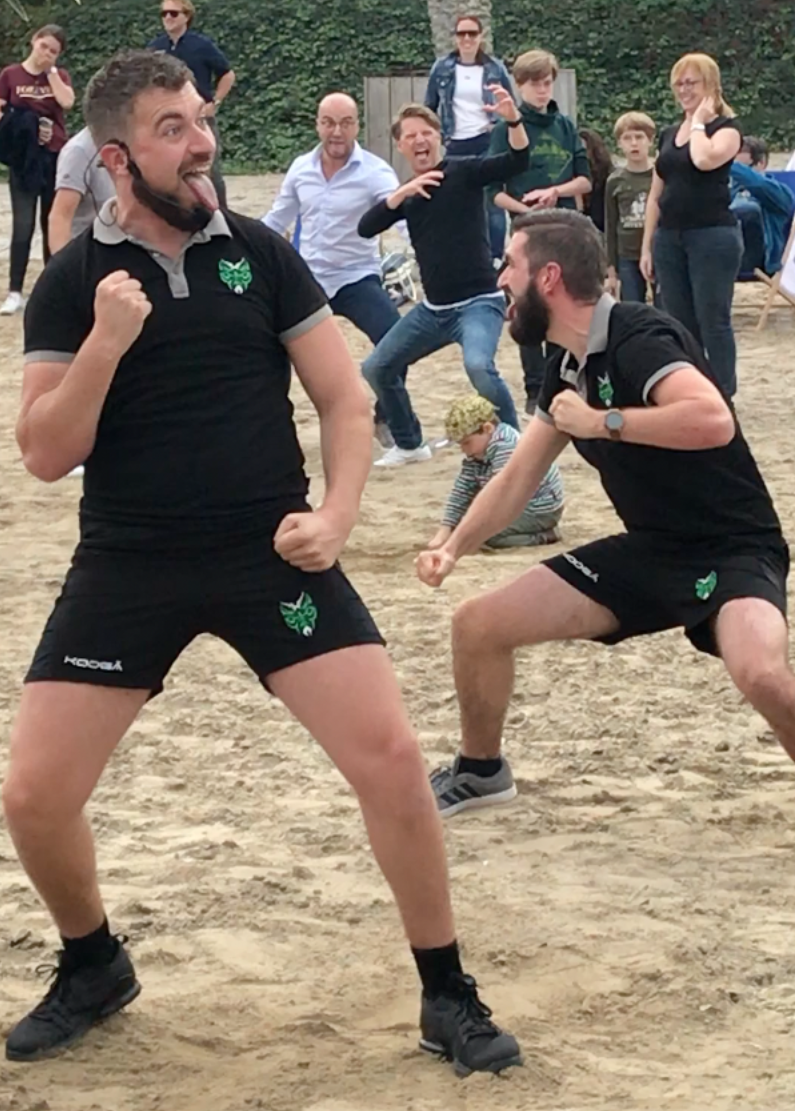 Haka workshop instructeurs op strand