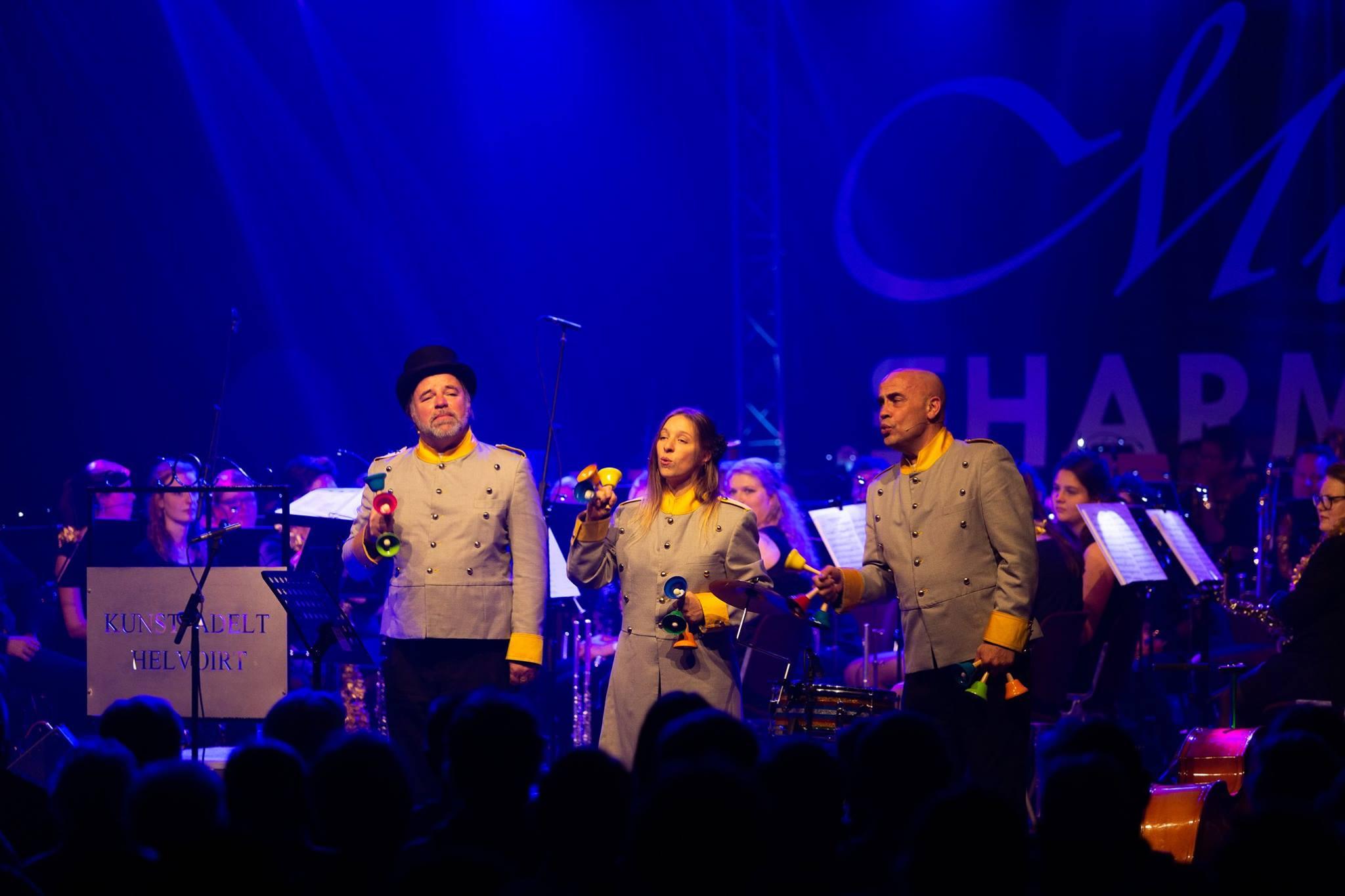 het comite orkest op groot podium voor orkest