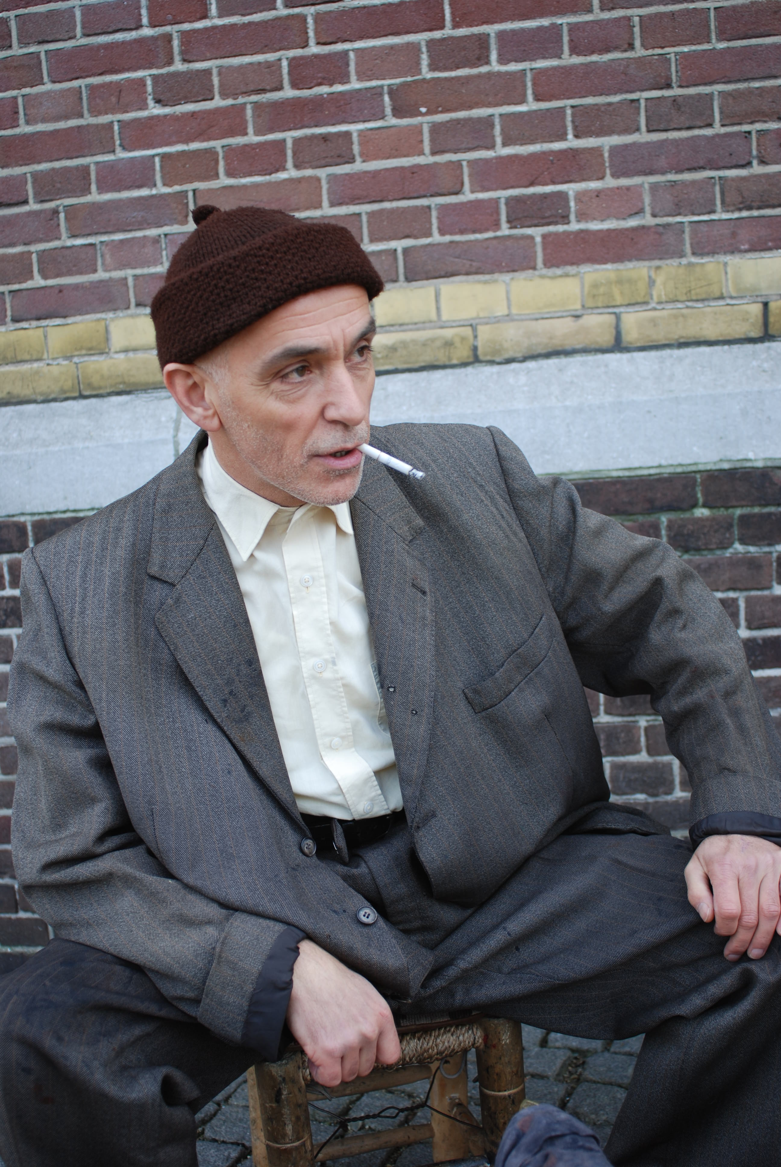 Turkse schoenpoetser Boyacl Hüseyin op kruk