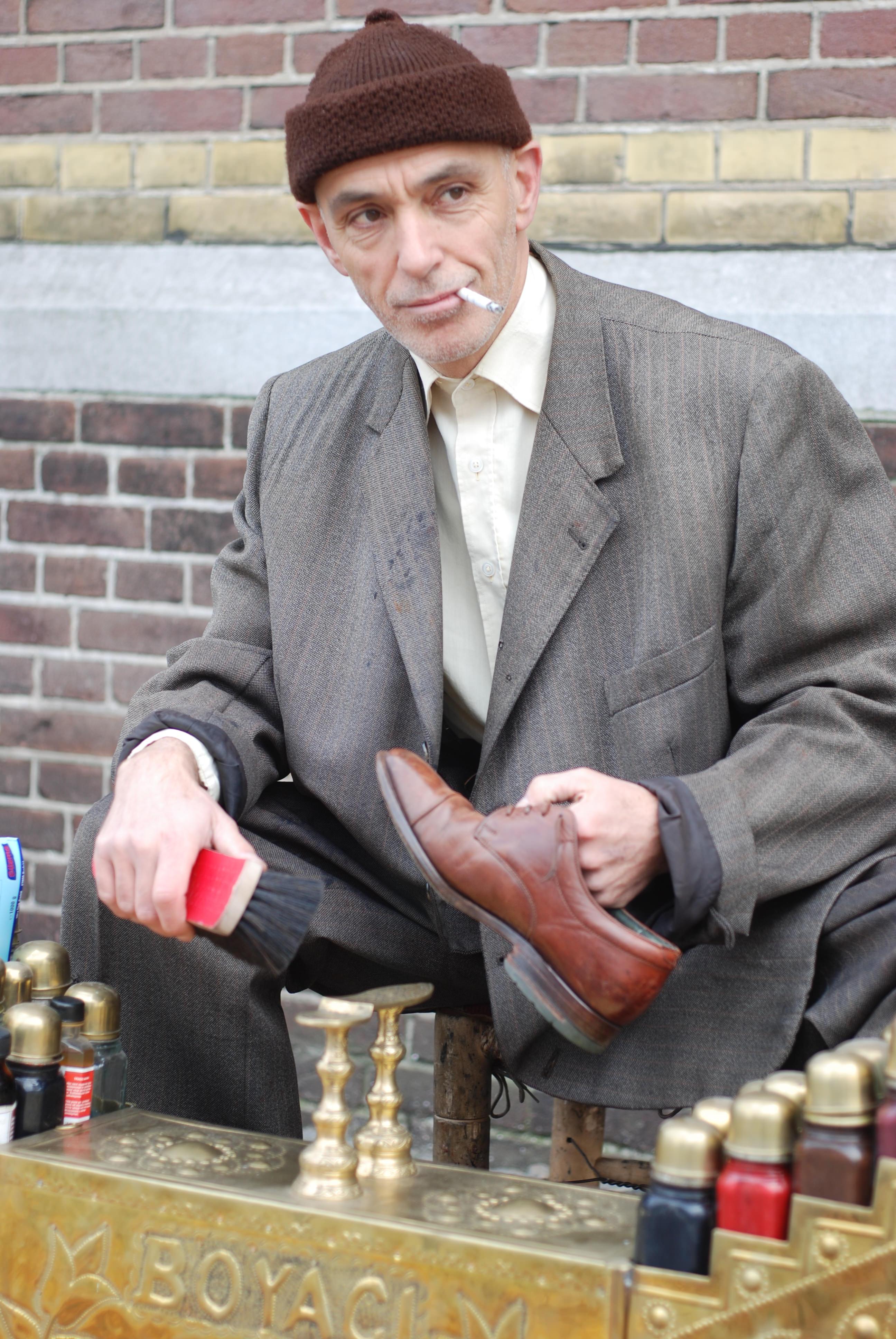 Turkse schoenpoetser met sigaret