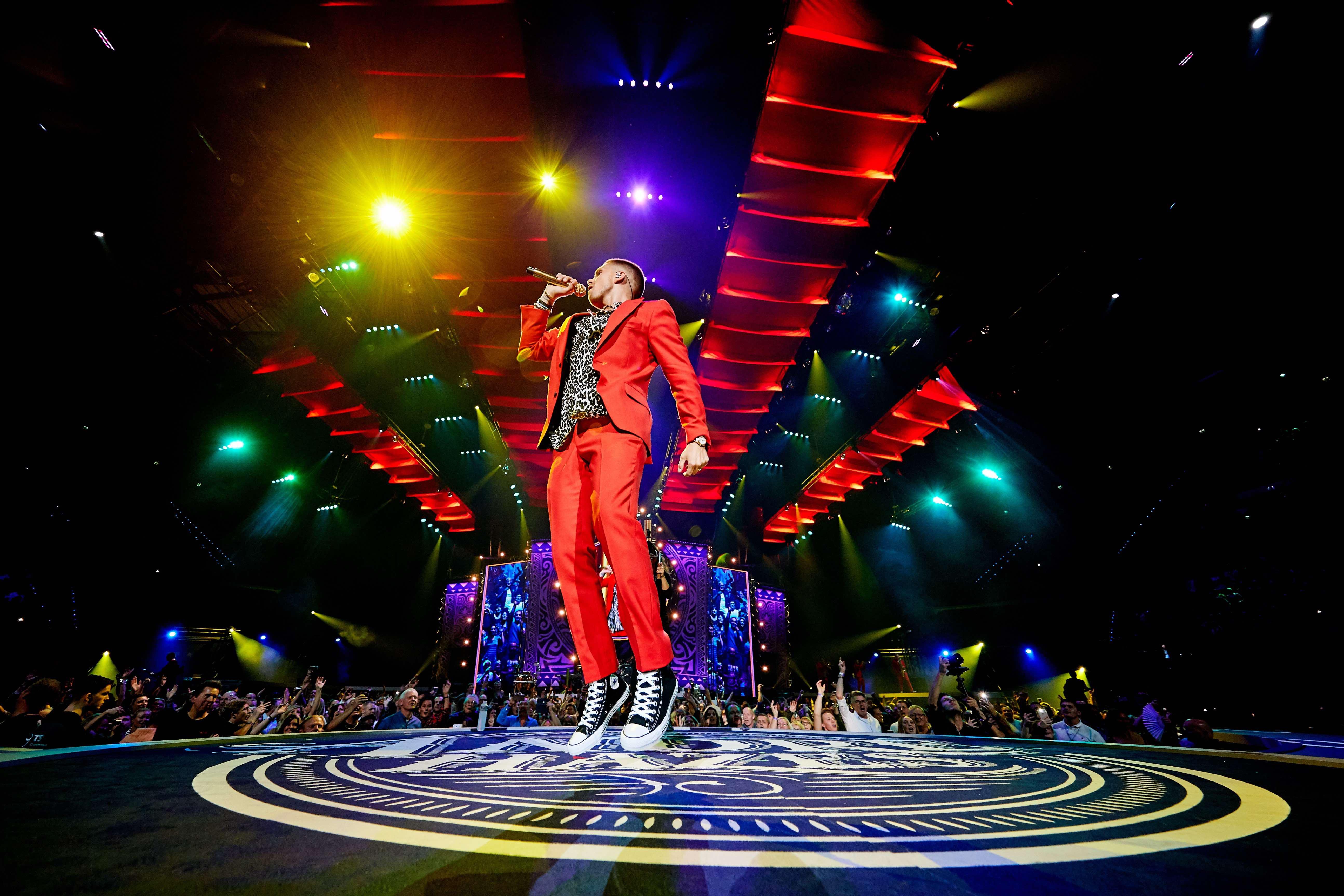 Bekende zanger André Hazes springend en zingend op podium