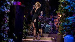 bekende zangeres Davine Michelle zingend op podium