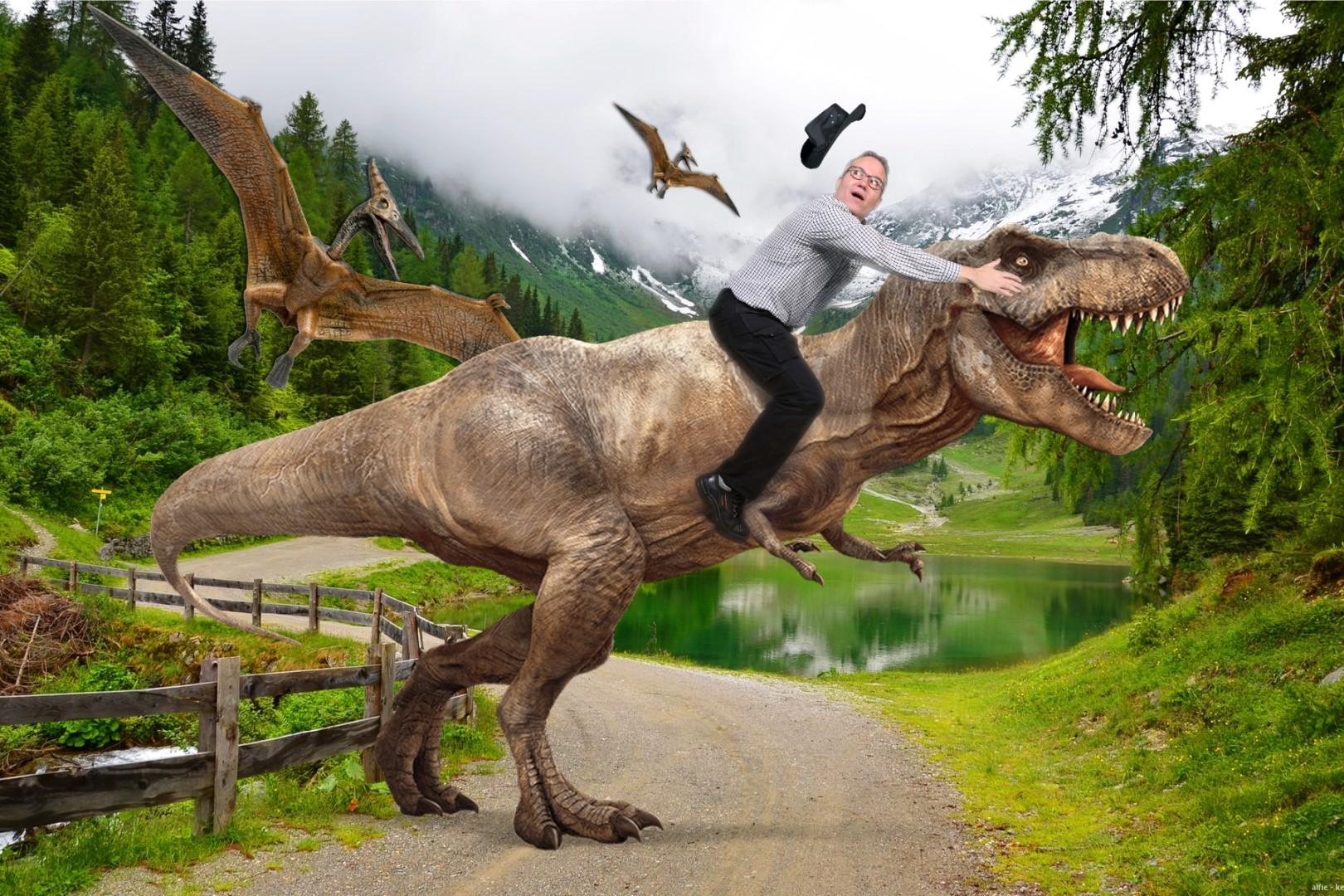 Green screen fotostudio met man die op een t-rex rijdt.