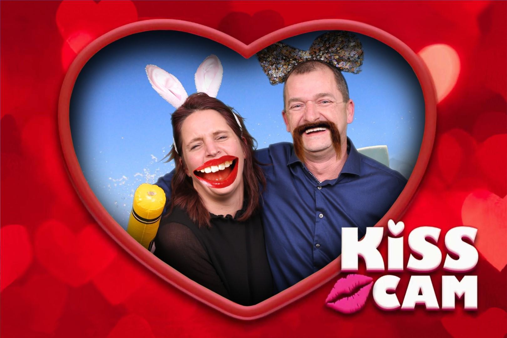 Green screen fotostudio foto in vorm van een hart met de tekst Kiss Cam