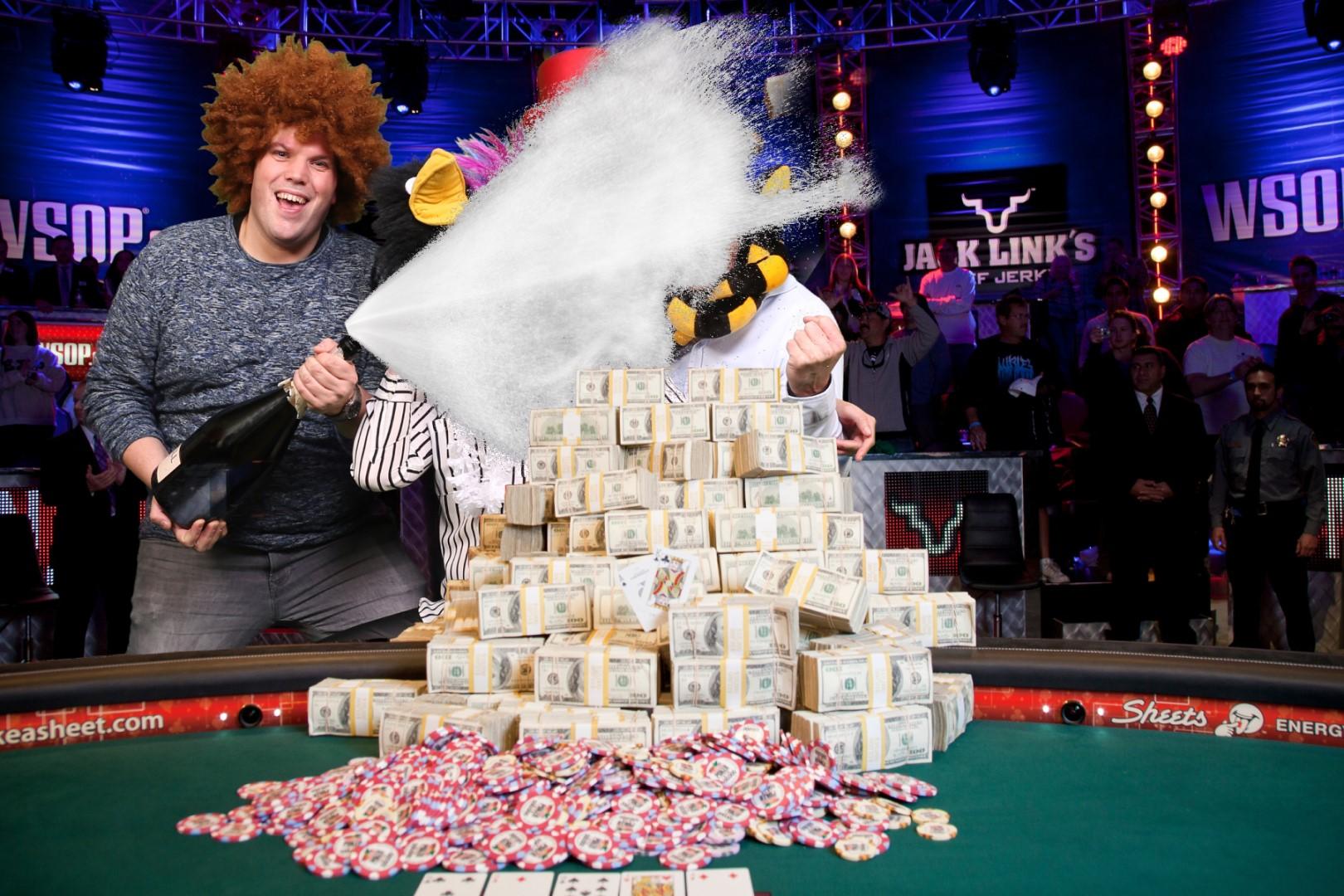 Green screen fotostudio met casino achtergrond en grote stapel geld