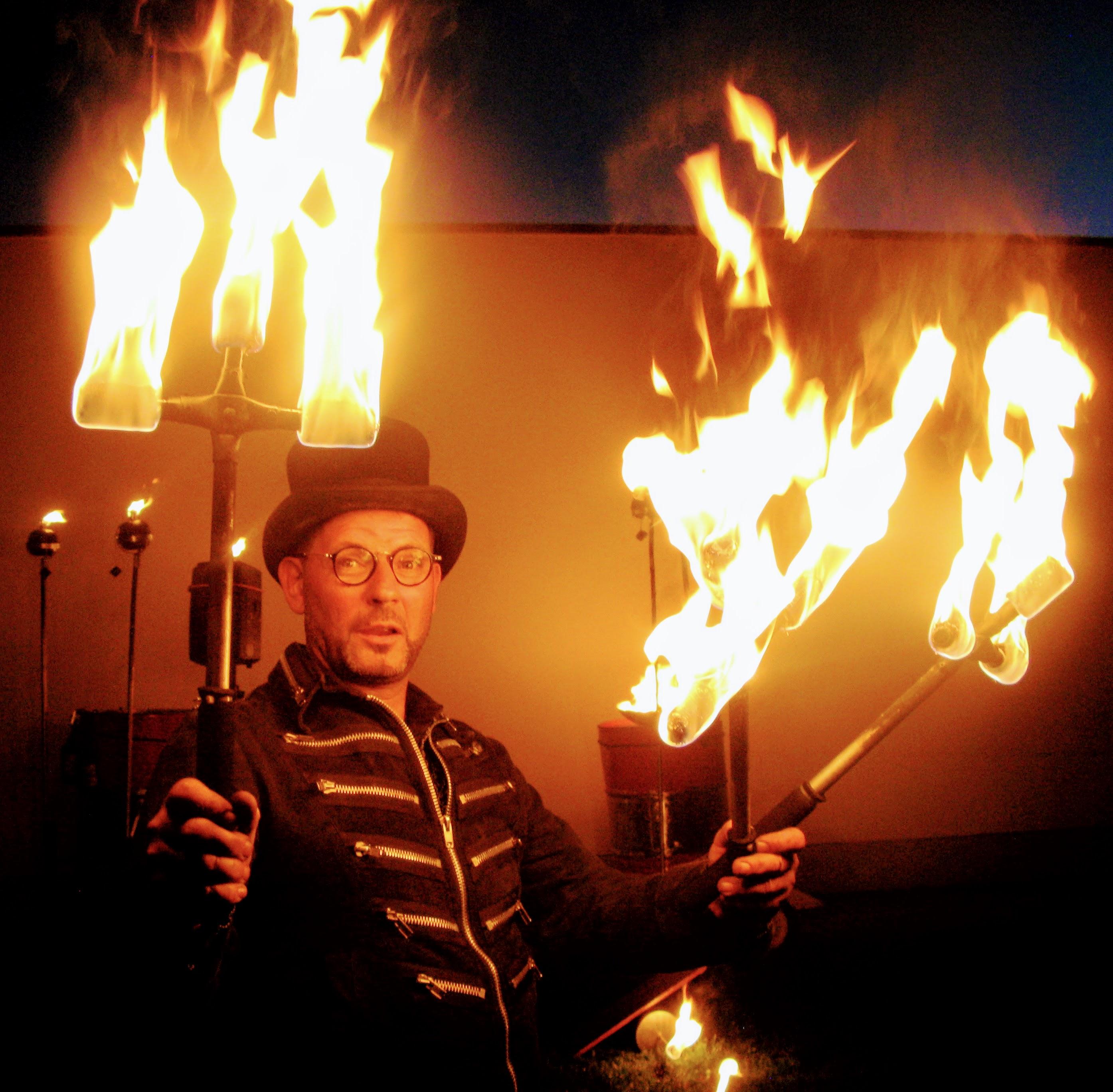 jongleur marc-muy-dificile met brandende fakkels