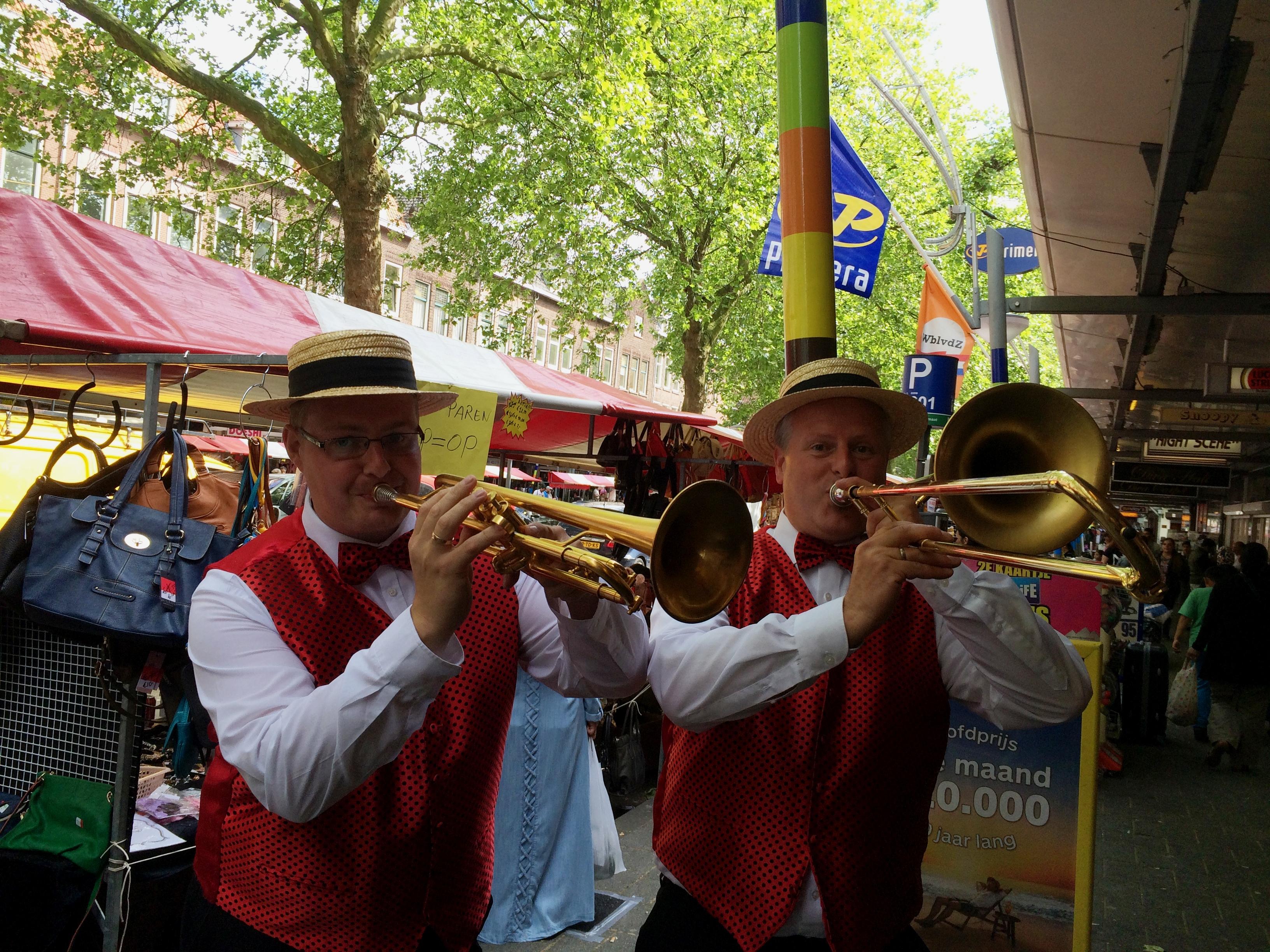 MC Dixie dixieland duo op een markt