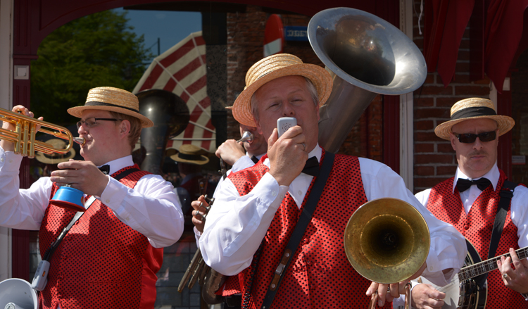 MC Dixie dixieland band met megafoon