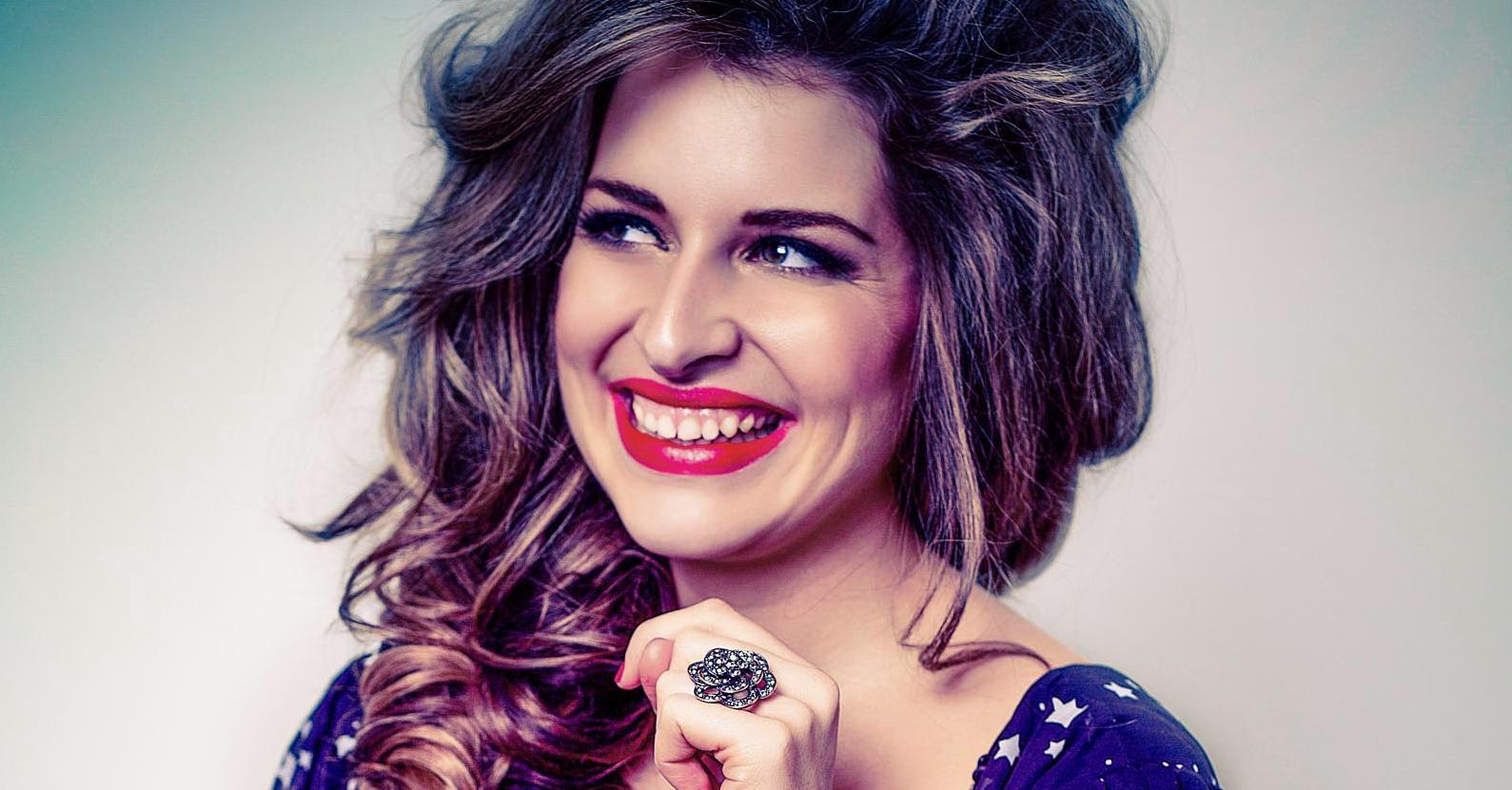 zangeres Meike van der Veer persfoto lachend