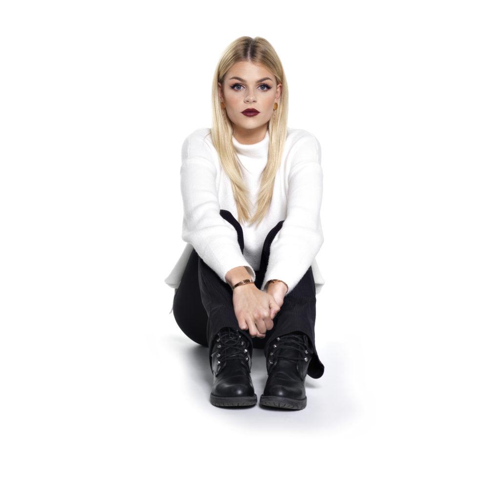 bekende zangeres Davine Michelle persfoto zittend