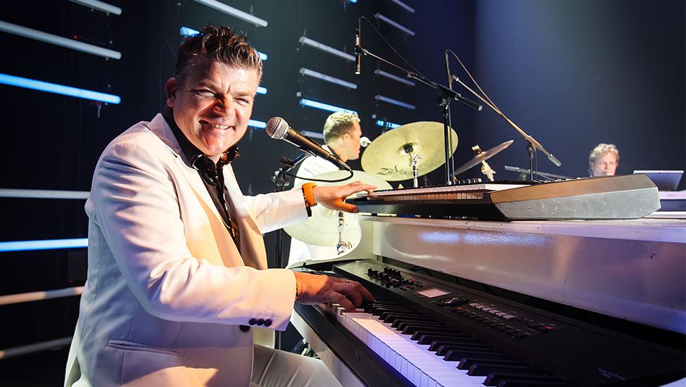 roept u jan maar pianoshow met Jan Rooymans achter de piano