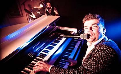 roept u jan maar pianoshow met Jan Rooymans zingend achter de piano