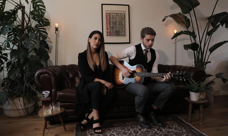 the resonates met gitaar op bank