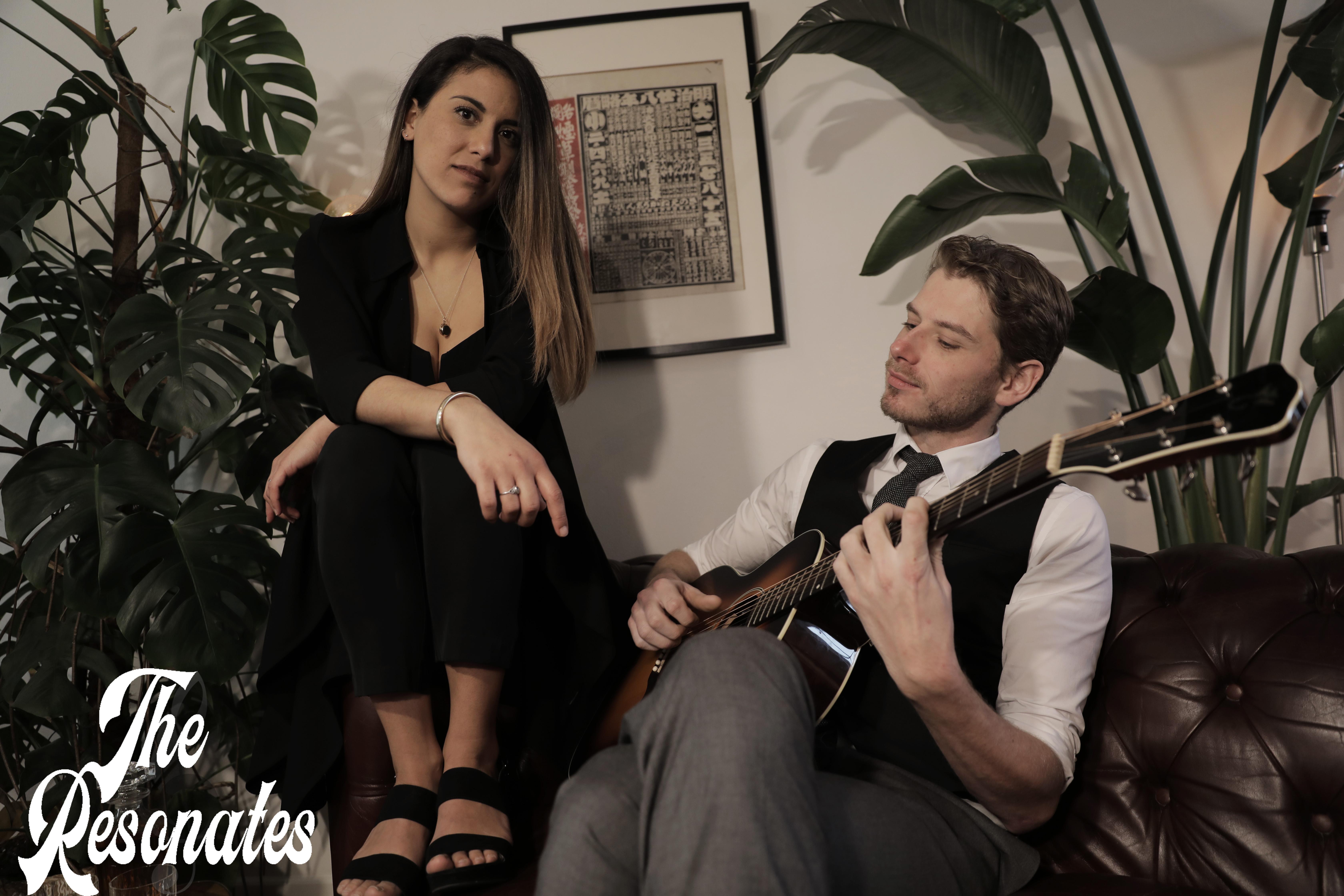 the resonates duo op bank met gitaar en logo