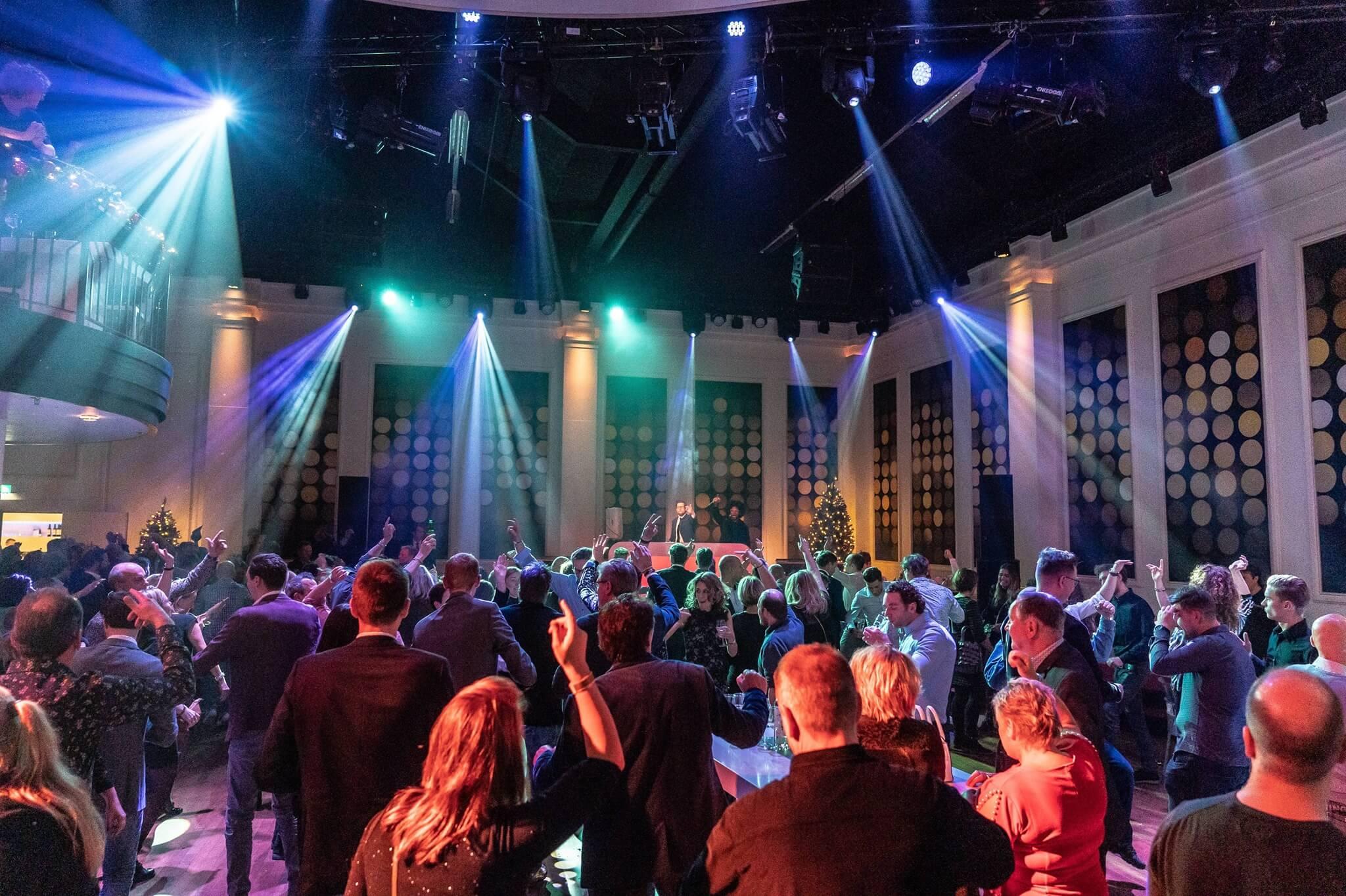 DJ SuitZ dansende gasten