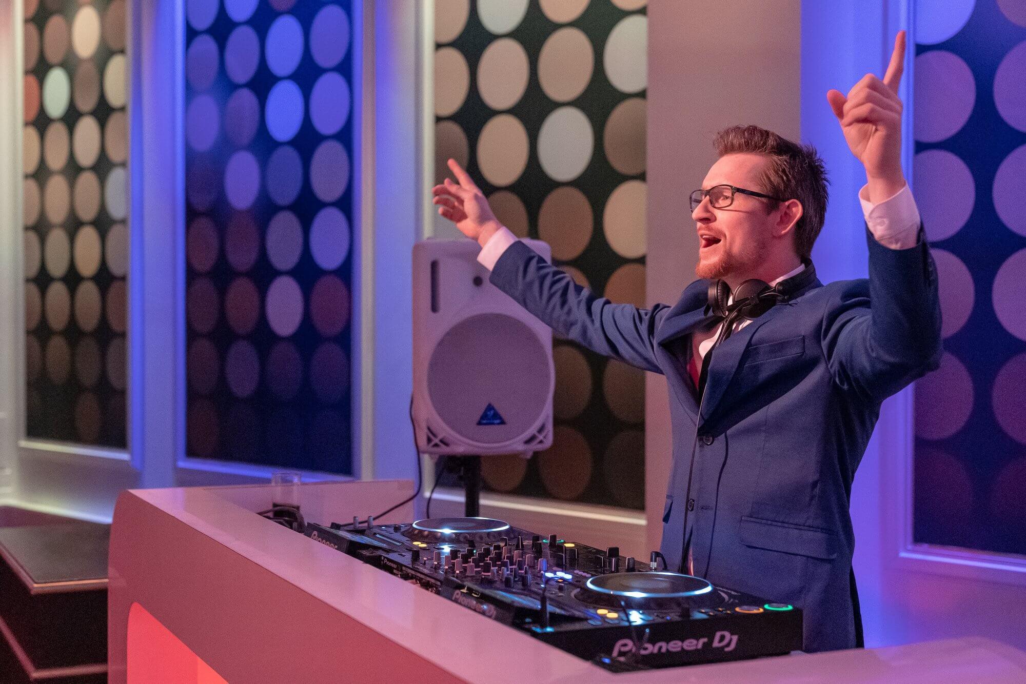 DJ SuitZ bouwt een feestje