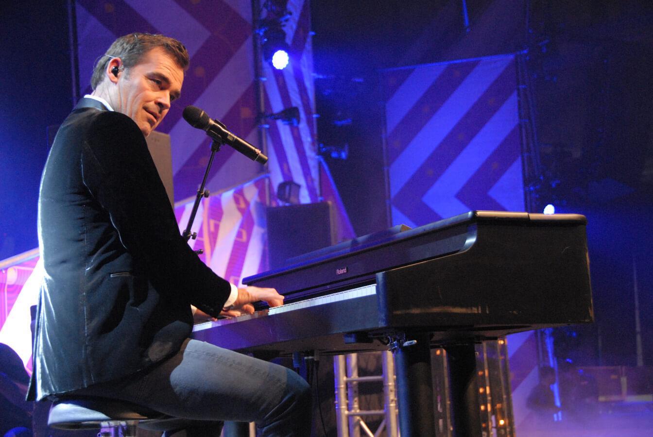 Jeroen van der Boom achter de piano
