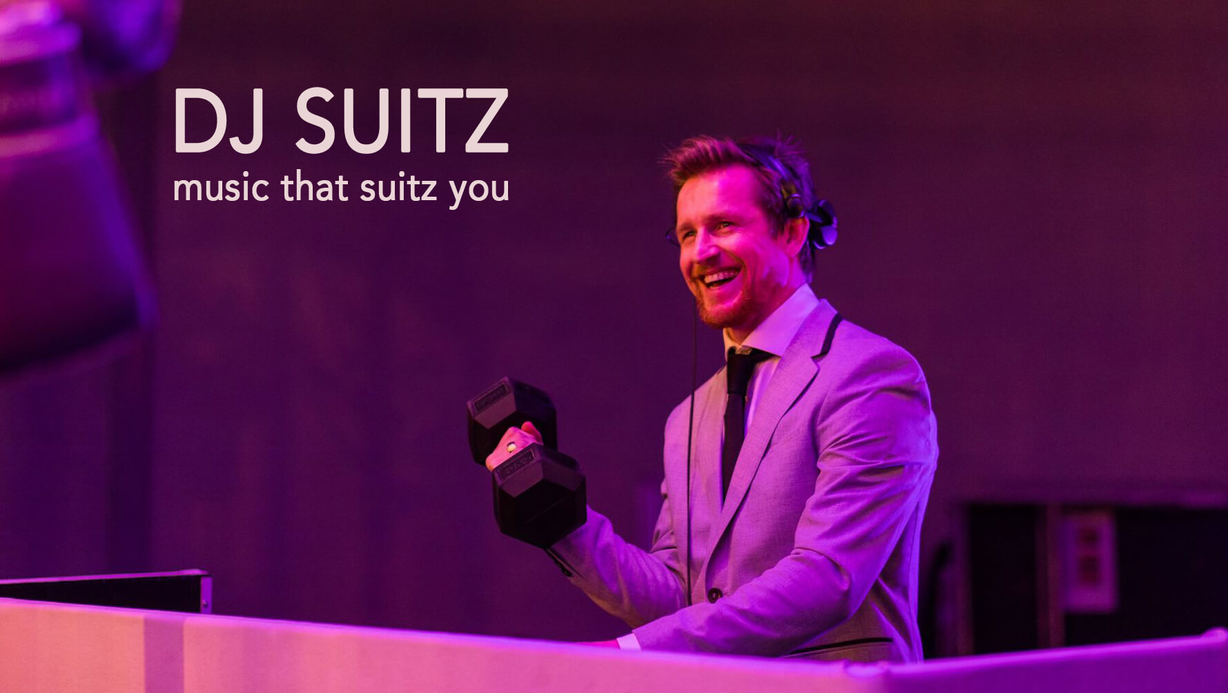DJ SuitZ paarse achtergrond