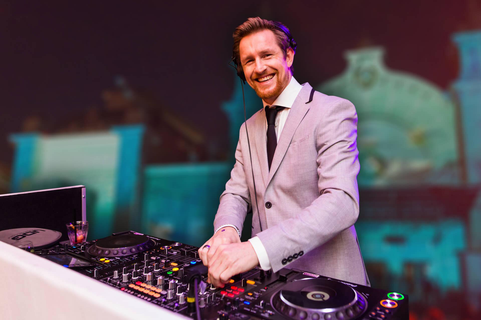DJ SuitZ achter de draaitafel