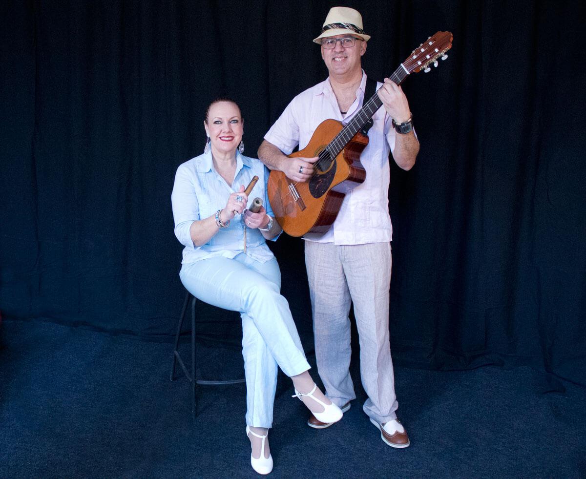 Cubaans duo-habanero met gitaar en zangeres op kruk