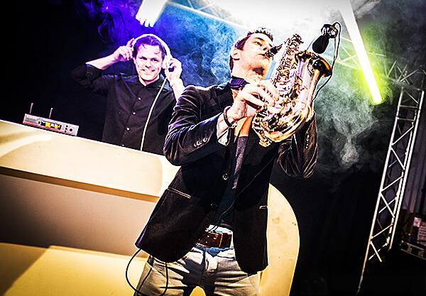 DJ Ron Knuiman met saxofonist