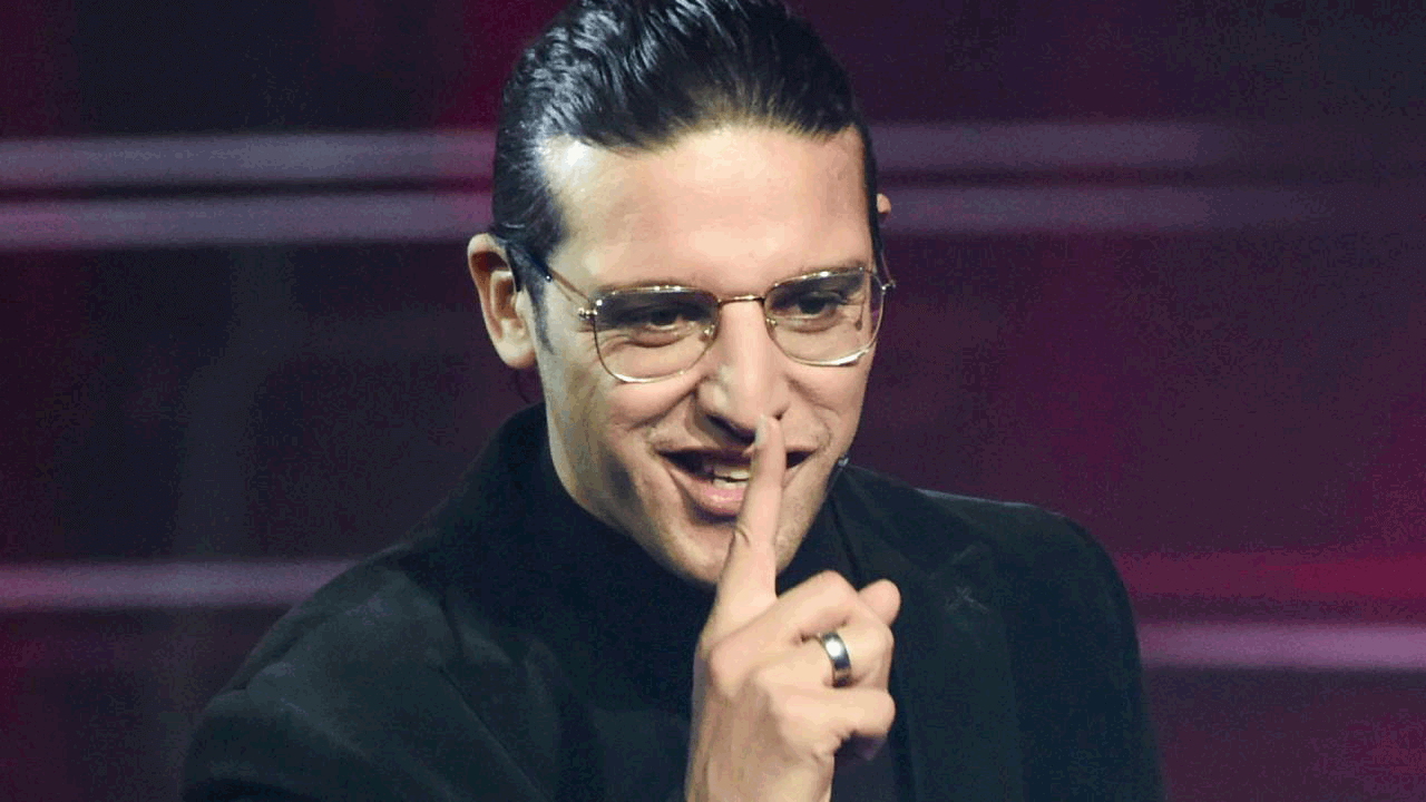 Ali B met vinger voor zijn mond