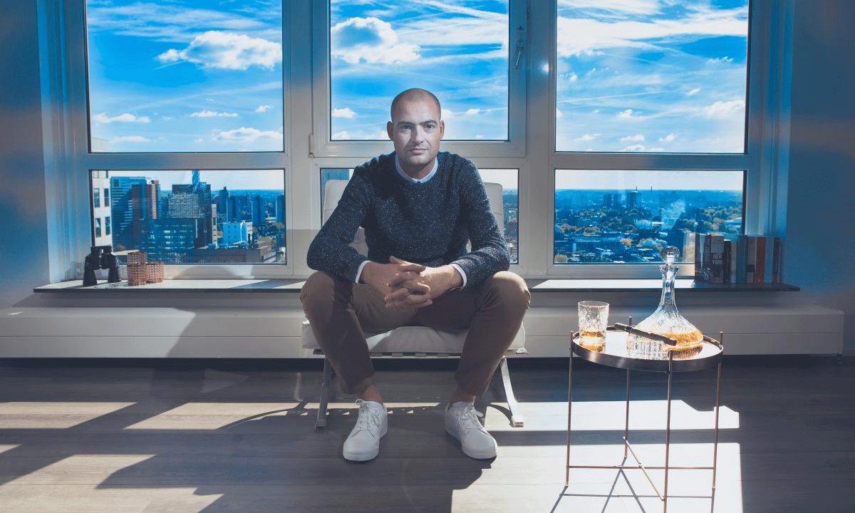 Lange Frans zittend voor raam
