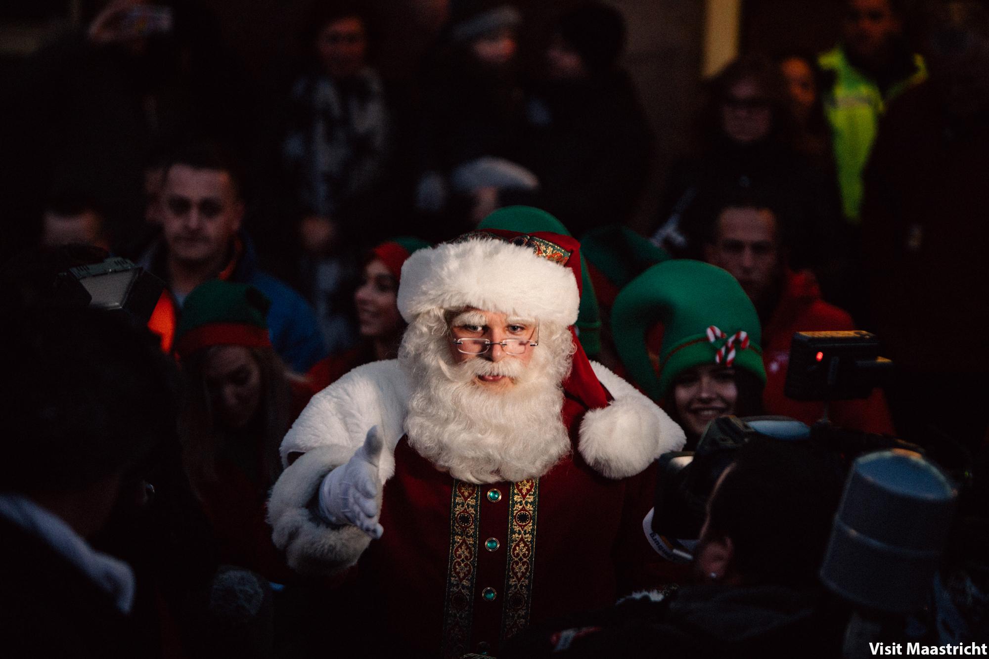 Kerstman in publiek voor de camera