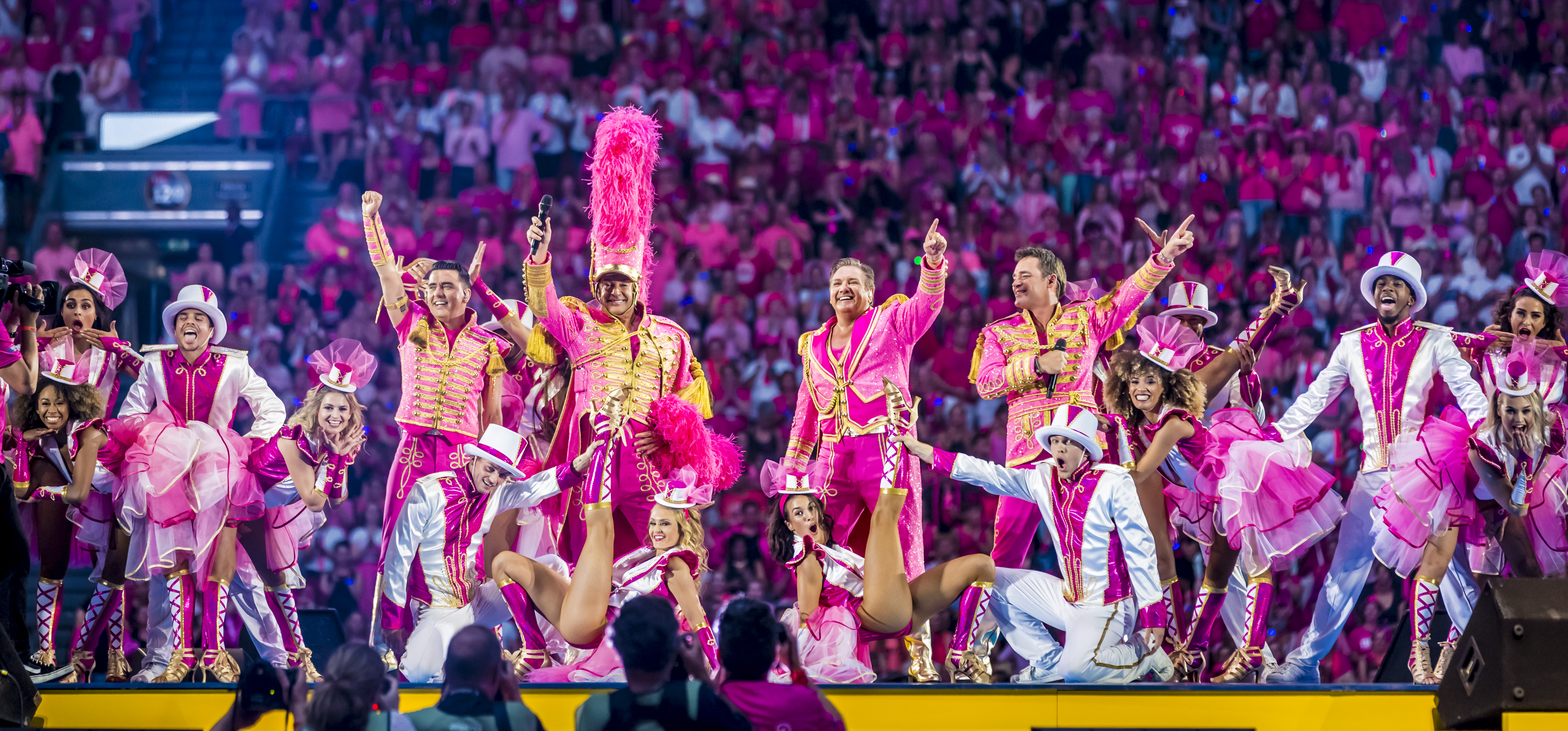 Gerard Joling bij Toppers in roze outfits