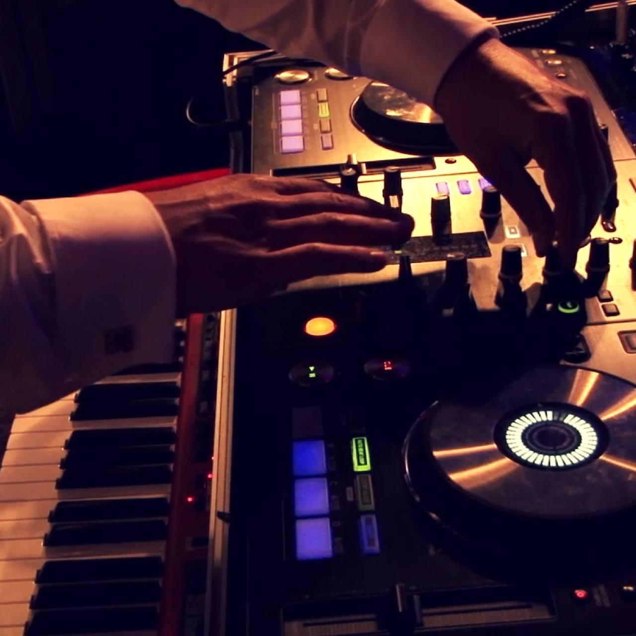 DJ-Booth gecombineerd met piano