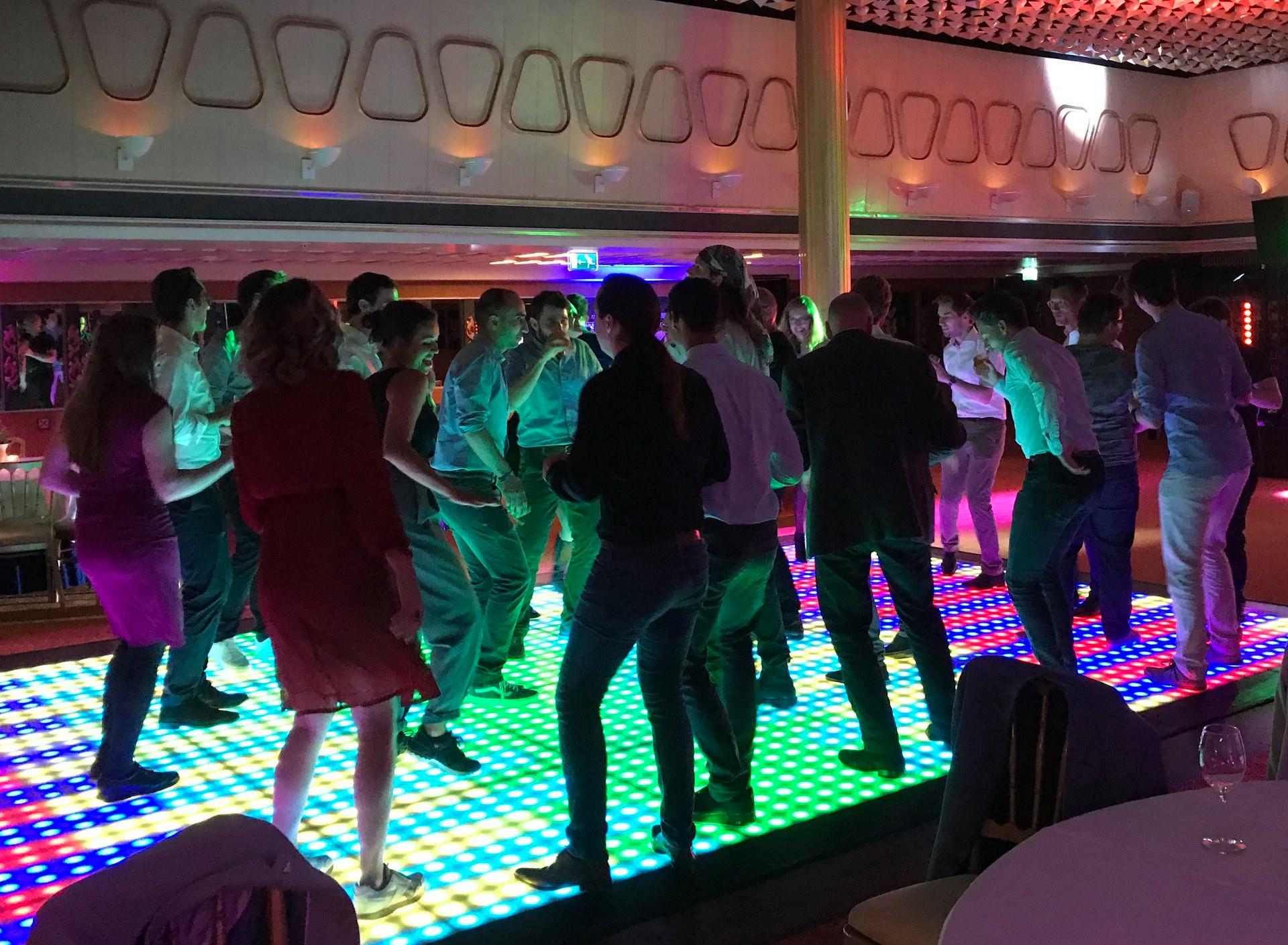 Volle dansvloer SS Rotterdam