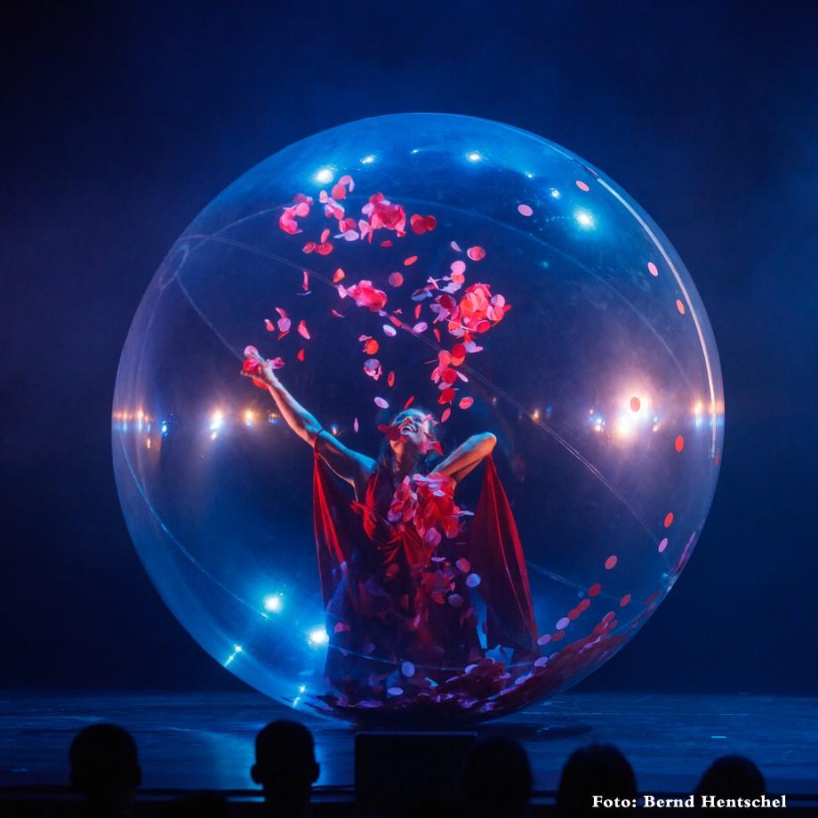 Transparante bal met danseres