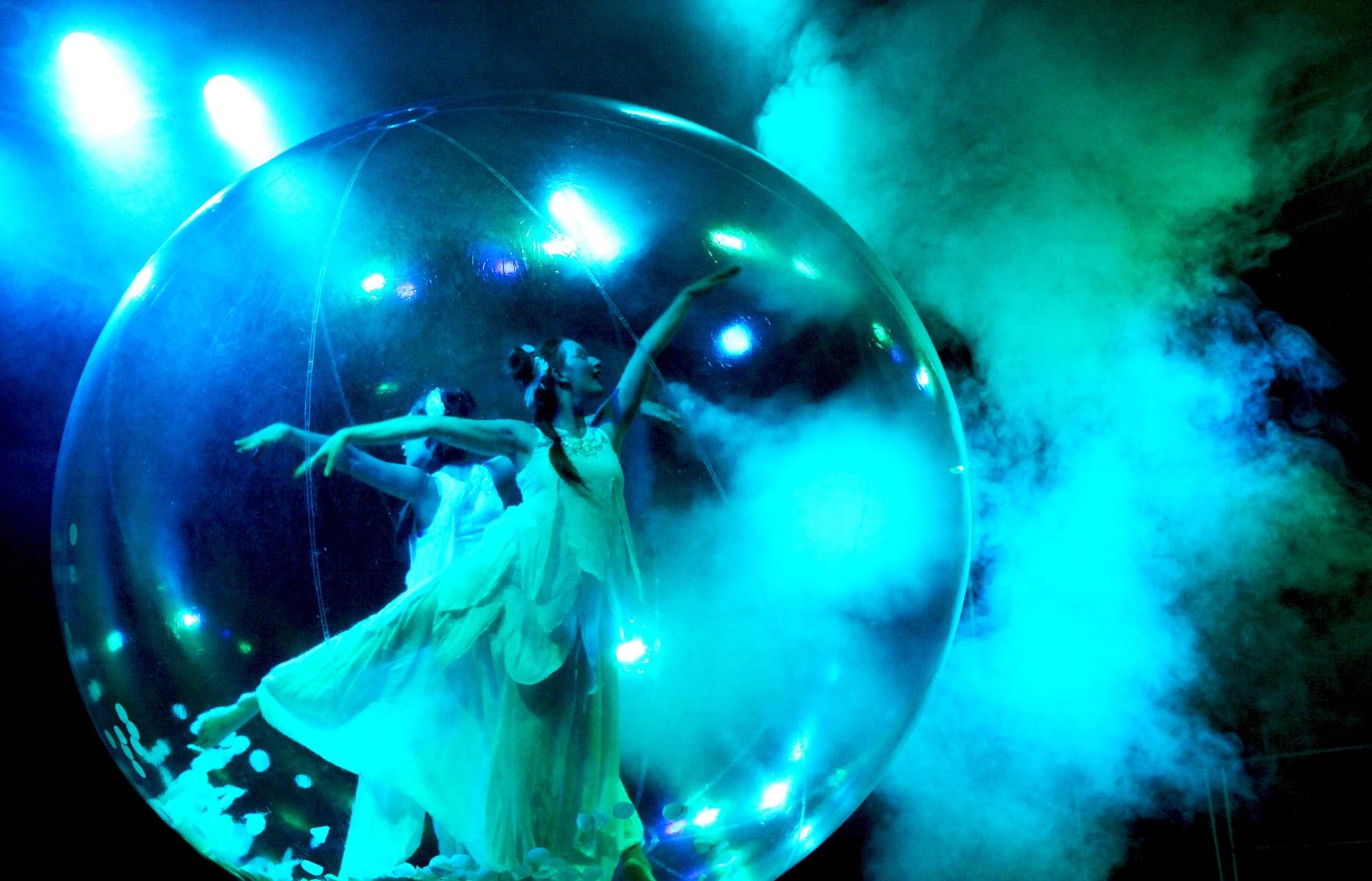 Transparante bal met danseres in rook