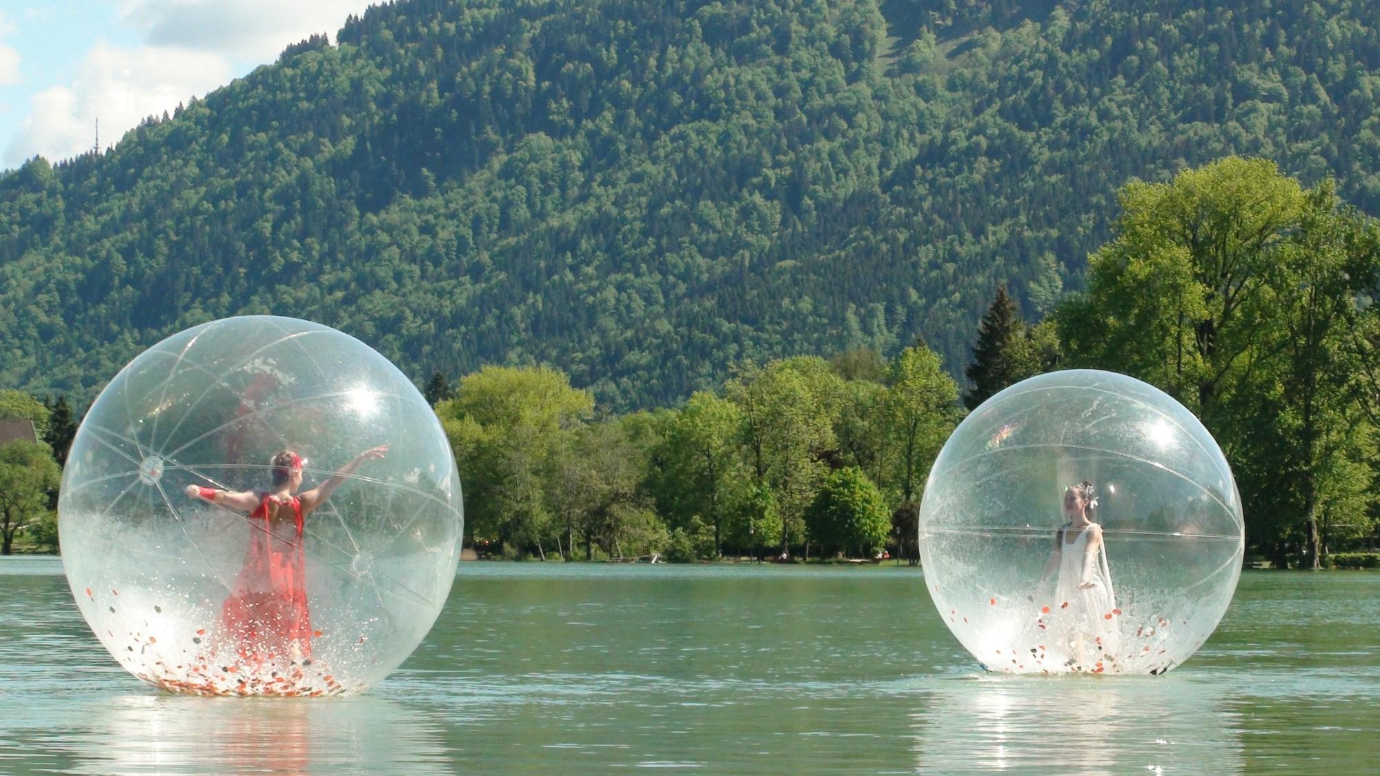 Twee transparante ballen op het water