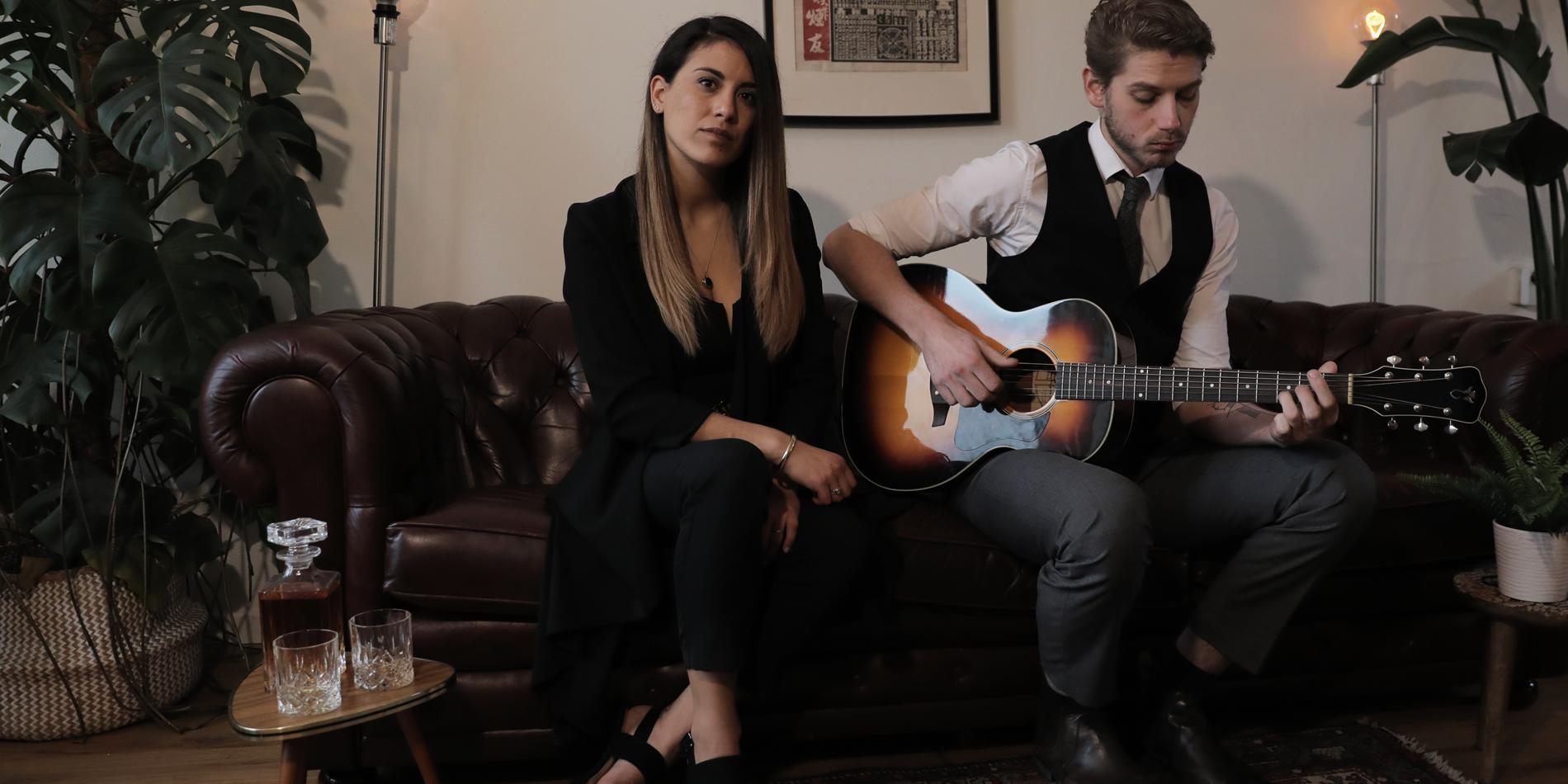 the resonates akoestisch duo op bank