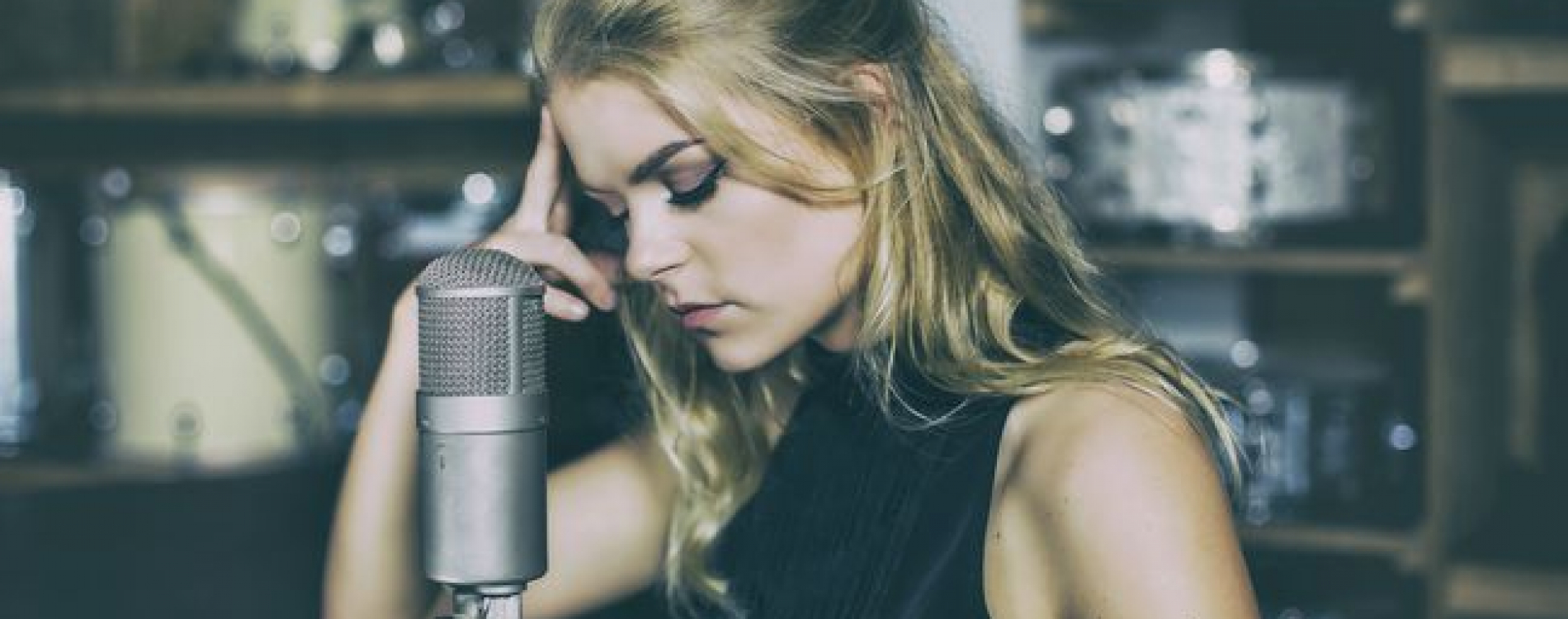 bekende zangeres Davine Michelle met microfoon